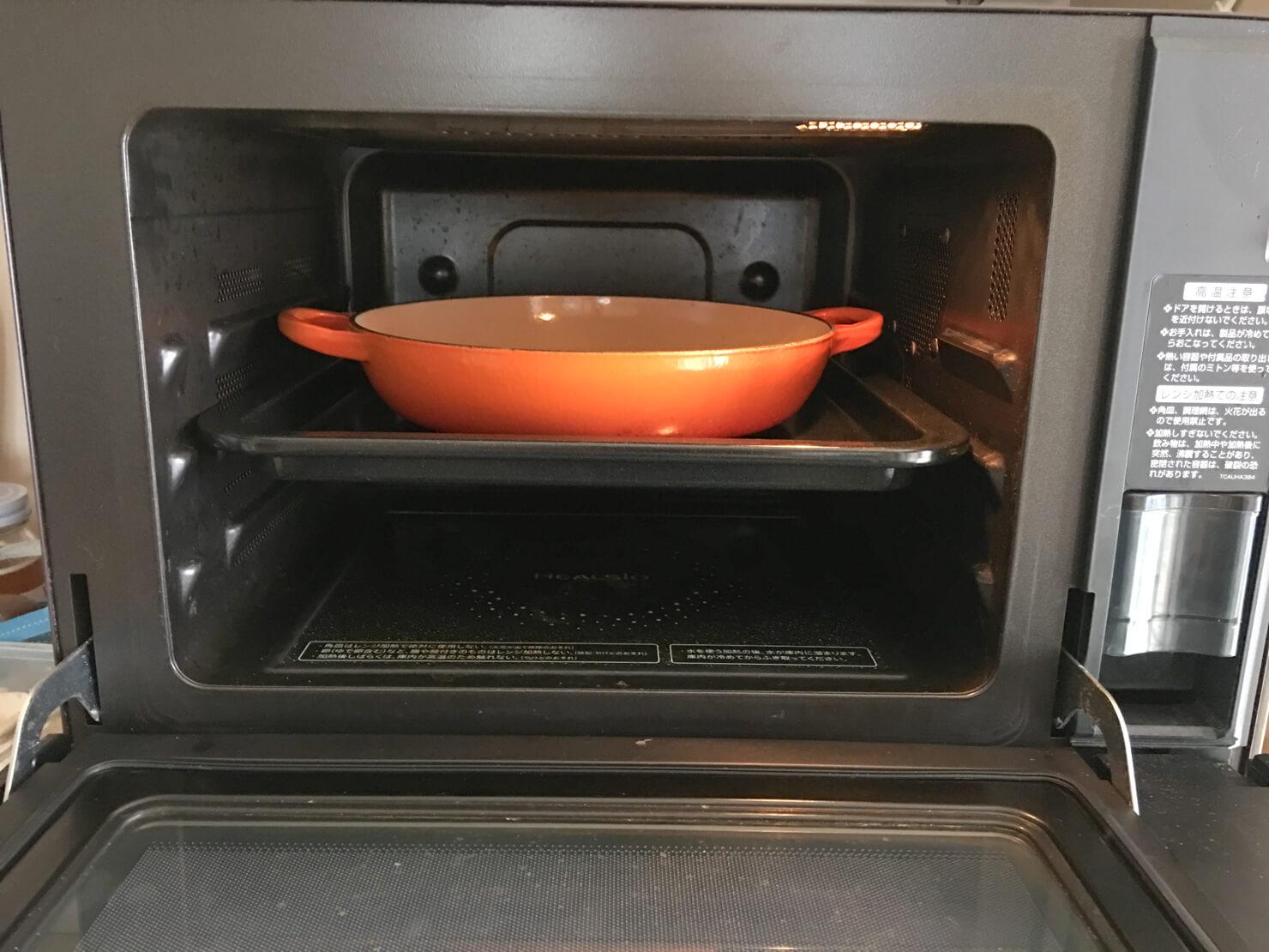 ル・クルーゼのビュッフェキャセロールがオーブンに入っている写真
