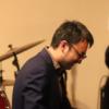 海野雅威がピアノを弾く写真