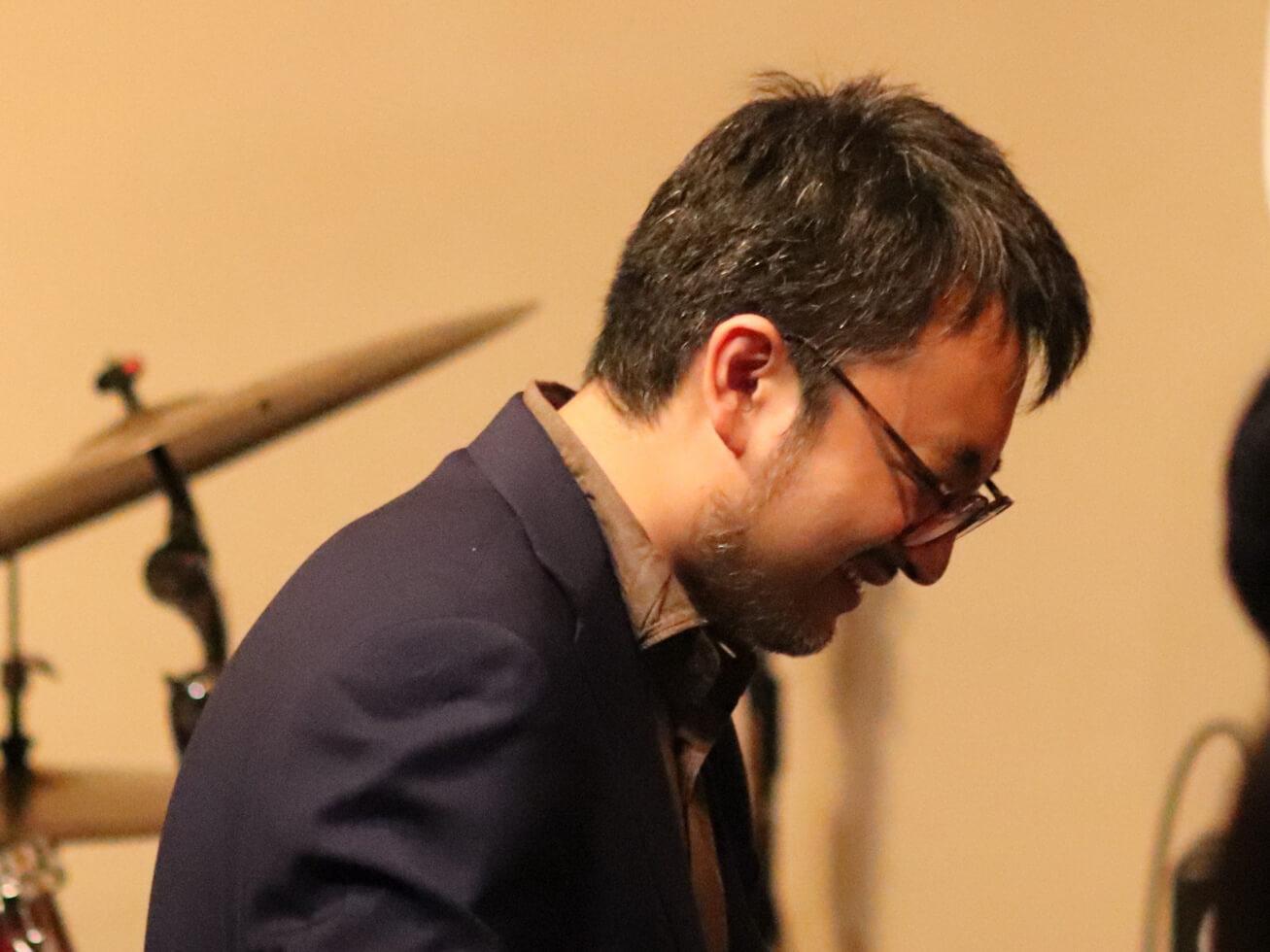 海野雅威がピアノを弾いている写真