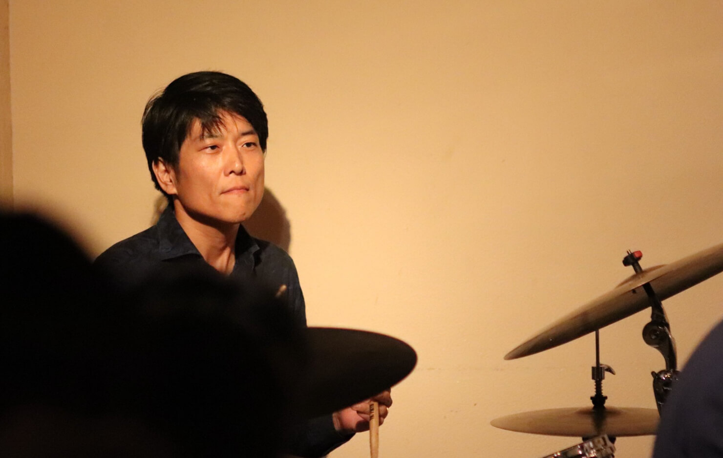 海野俊輔さんが演奏している写真