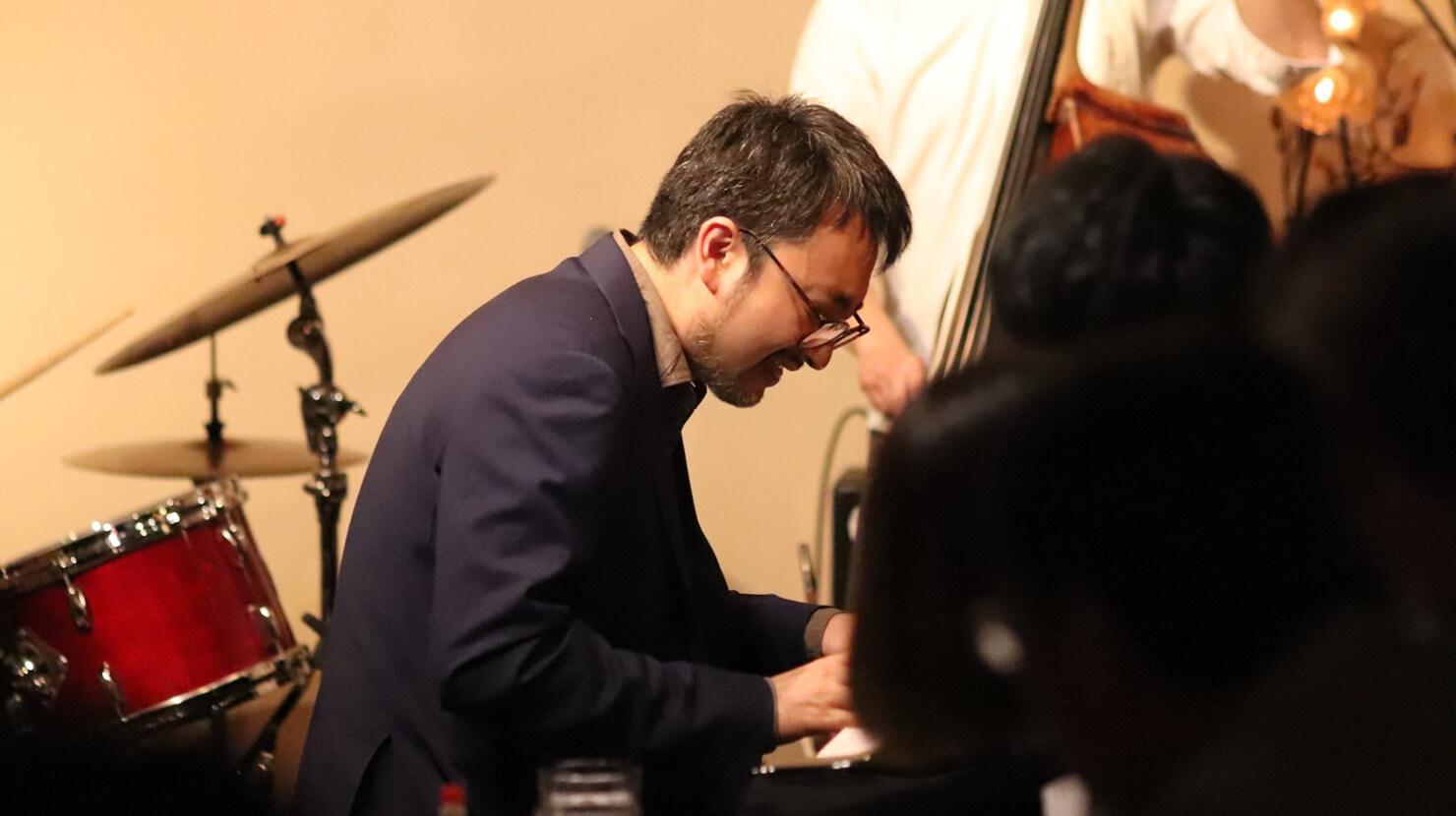海野さんがピアノを弾いている写真