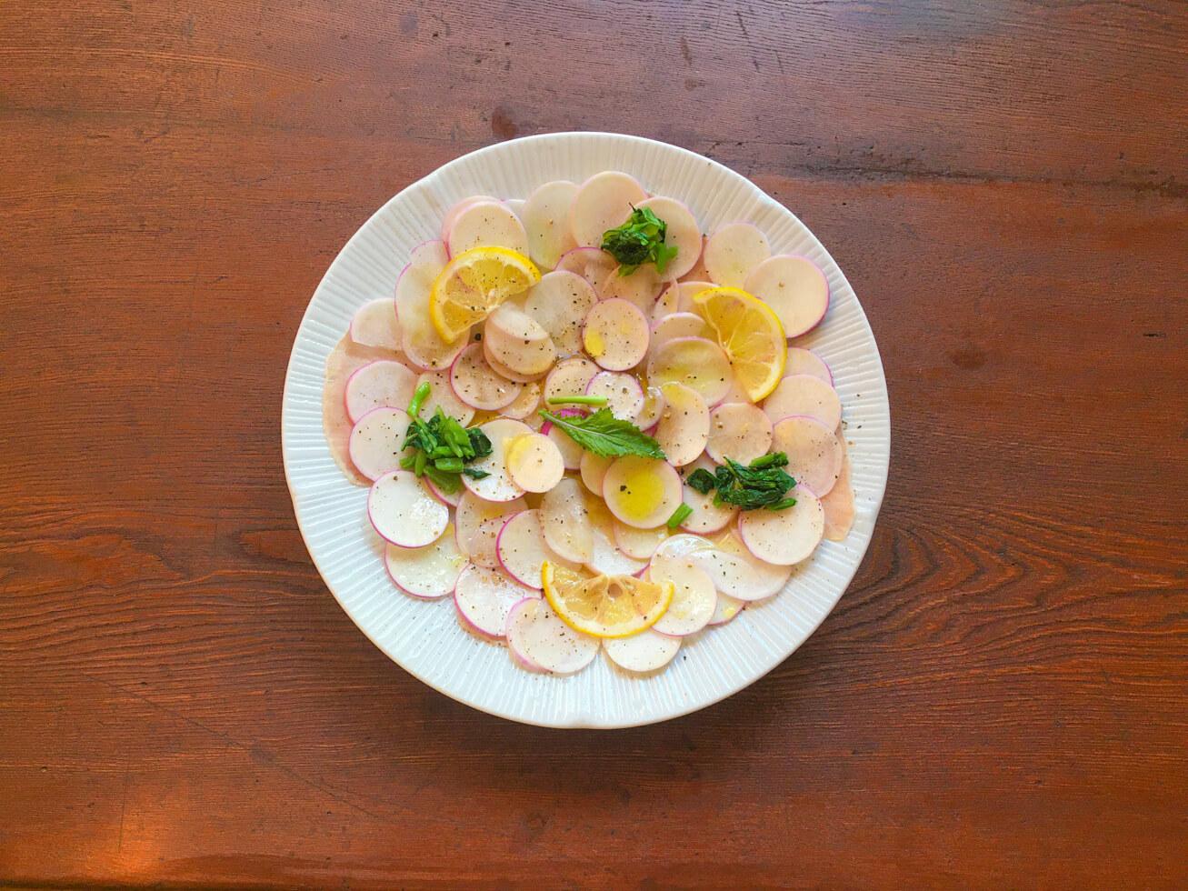 あやめ雪かぶのカルパッチョ風サラダの写真