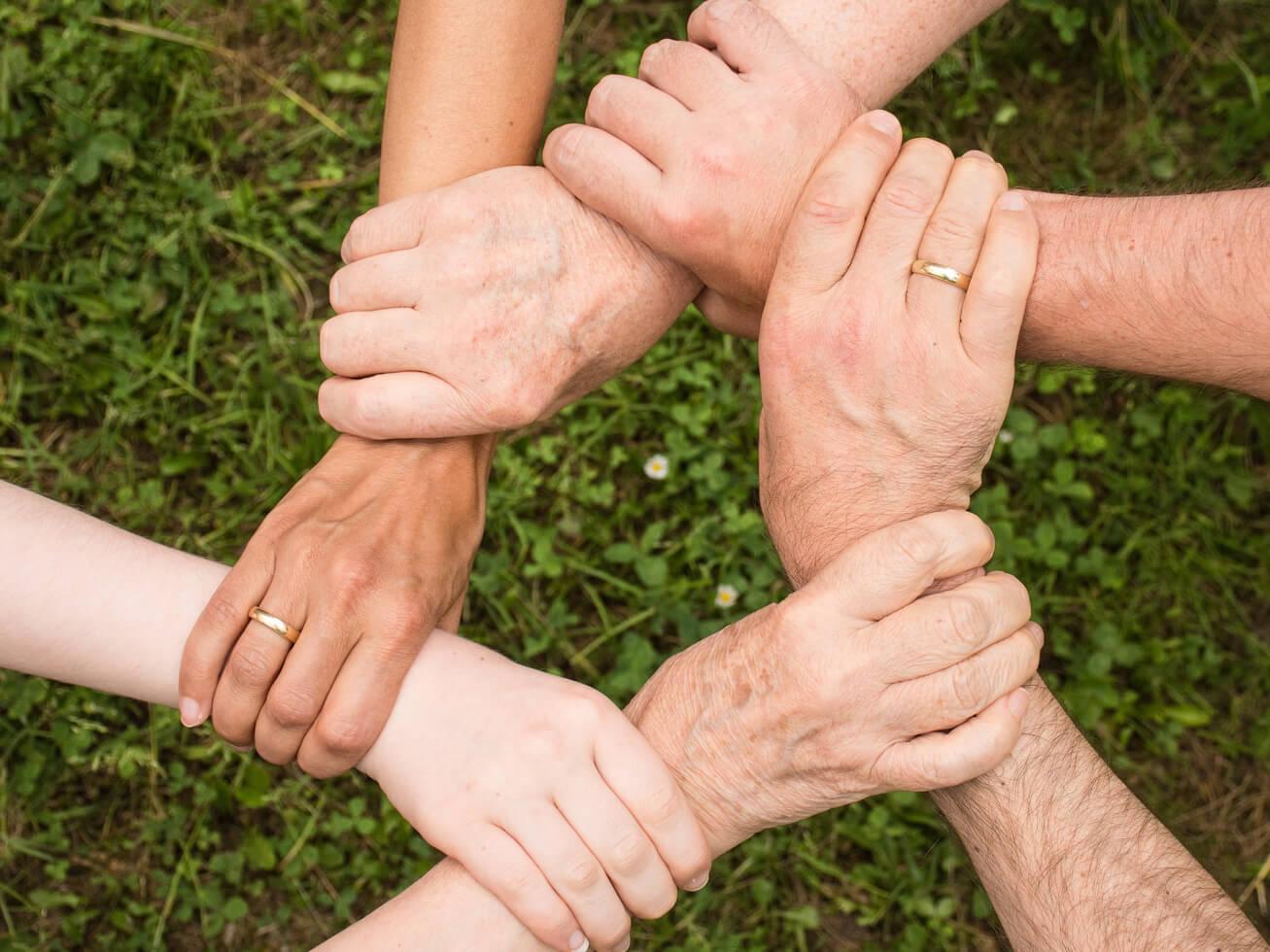 人々が手を取り合っている写真