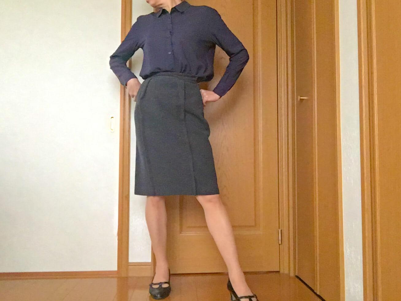 ユニクロの紺のブラウスを着てできる女のポーズを撮っている写真
