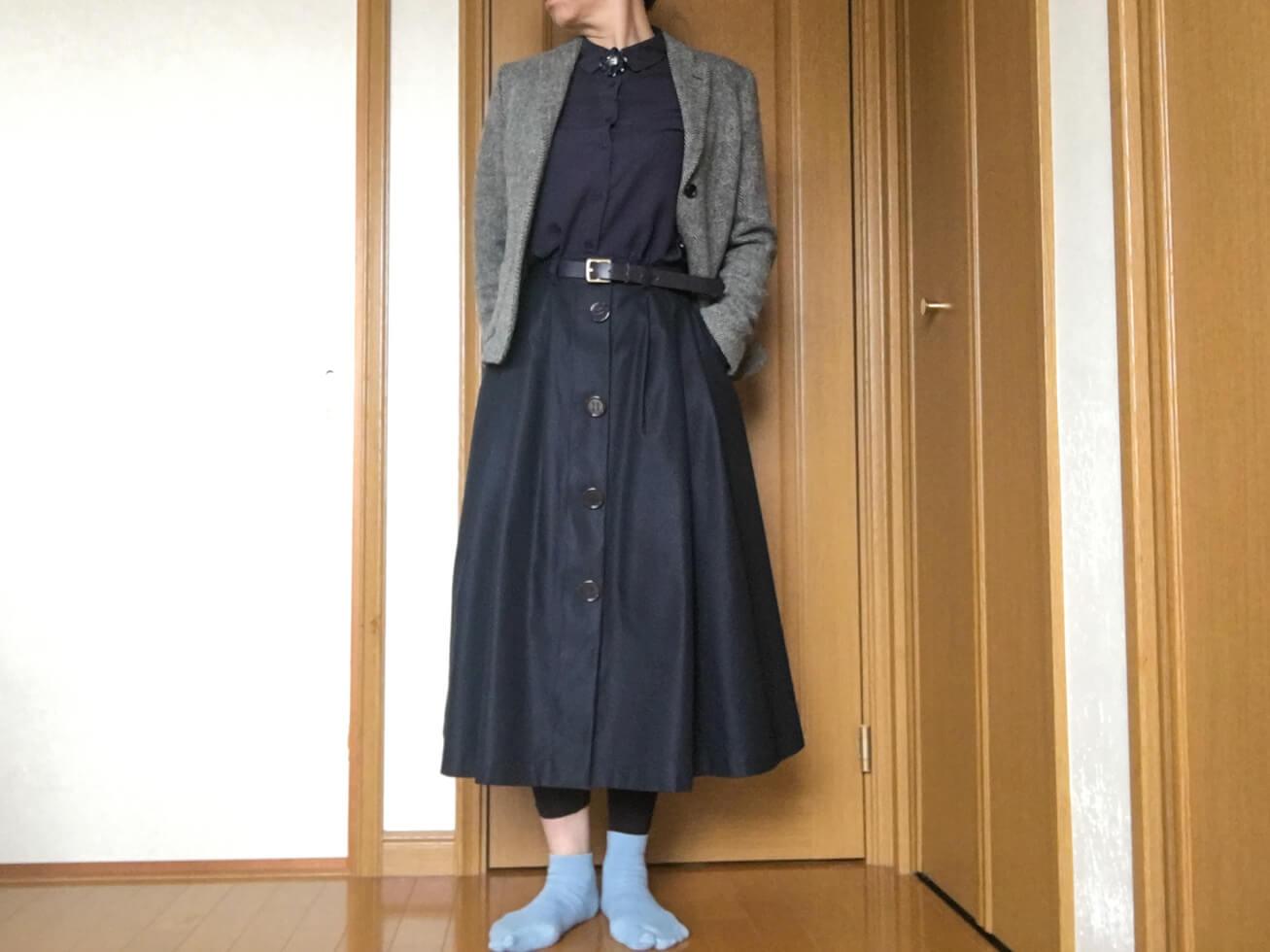 紺のブラウスのおしゃれコーデで変な靴下をはいている写真