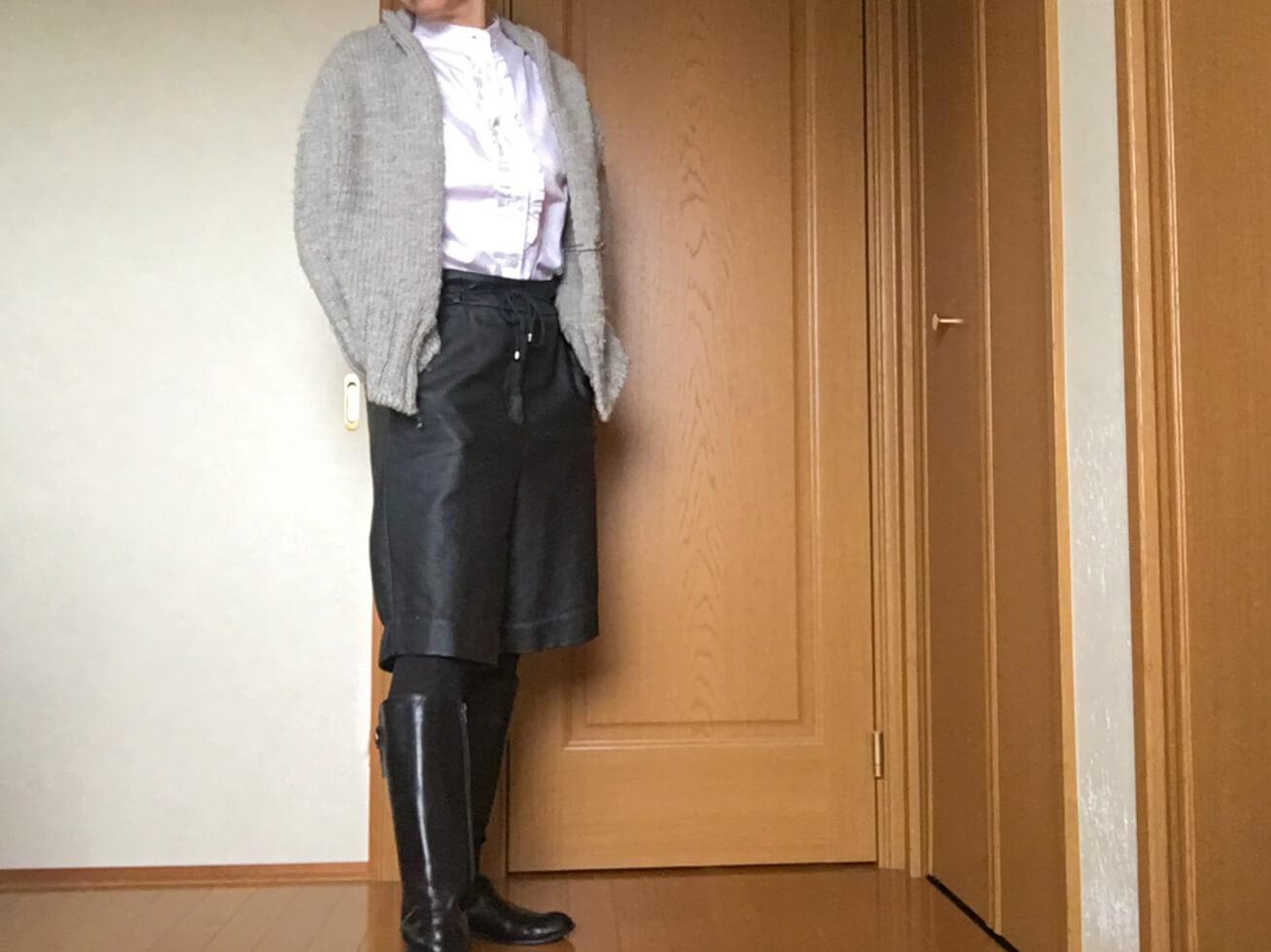 ユニクロの白いブラウスを黒のパンツとコーデした写真