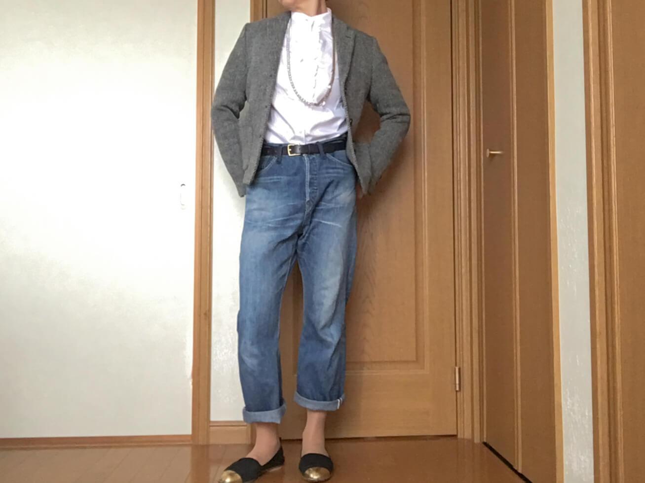 ユニクロの白いブラウスをチェックのジャケットとコーデした写真