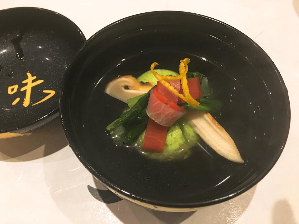 しんじょと松茸の汁物の写真