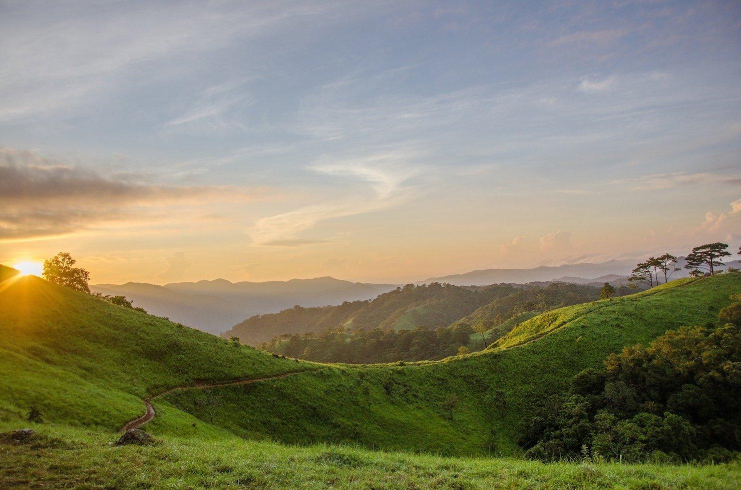 朝日に輝く山の写真