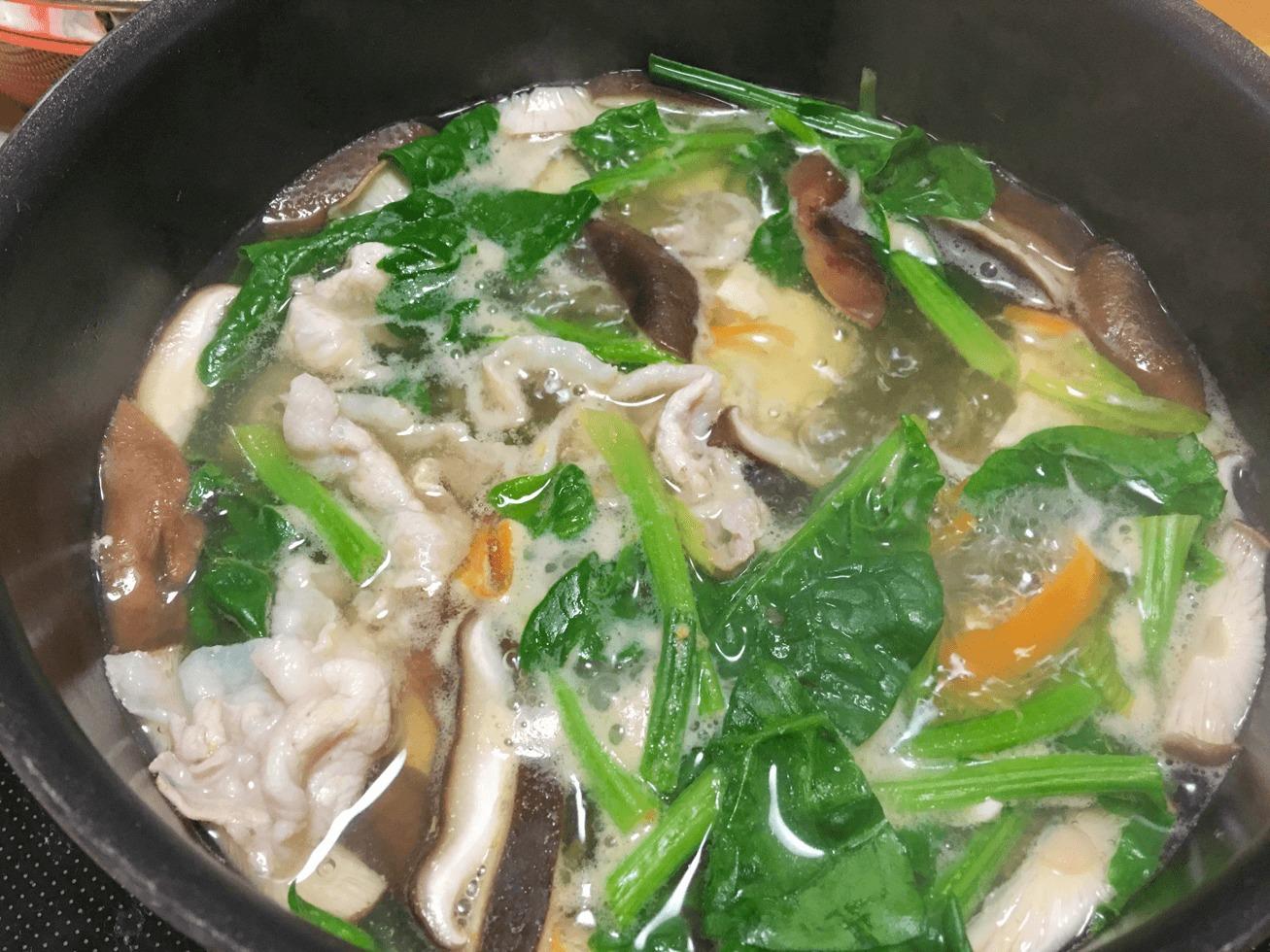 ほうれん草と豚肉とシイタケの塩レモン鍋の写真