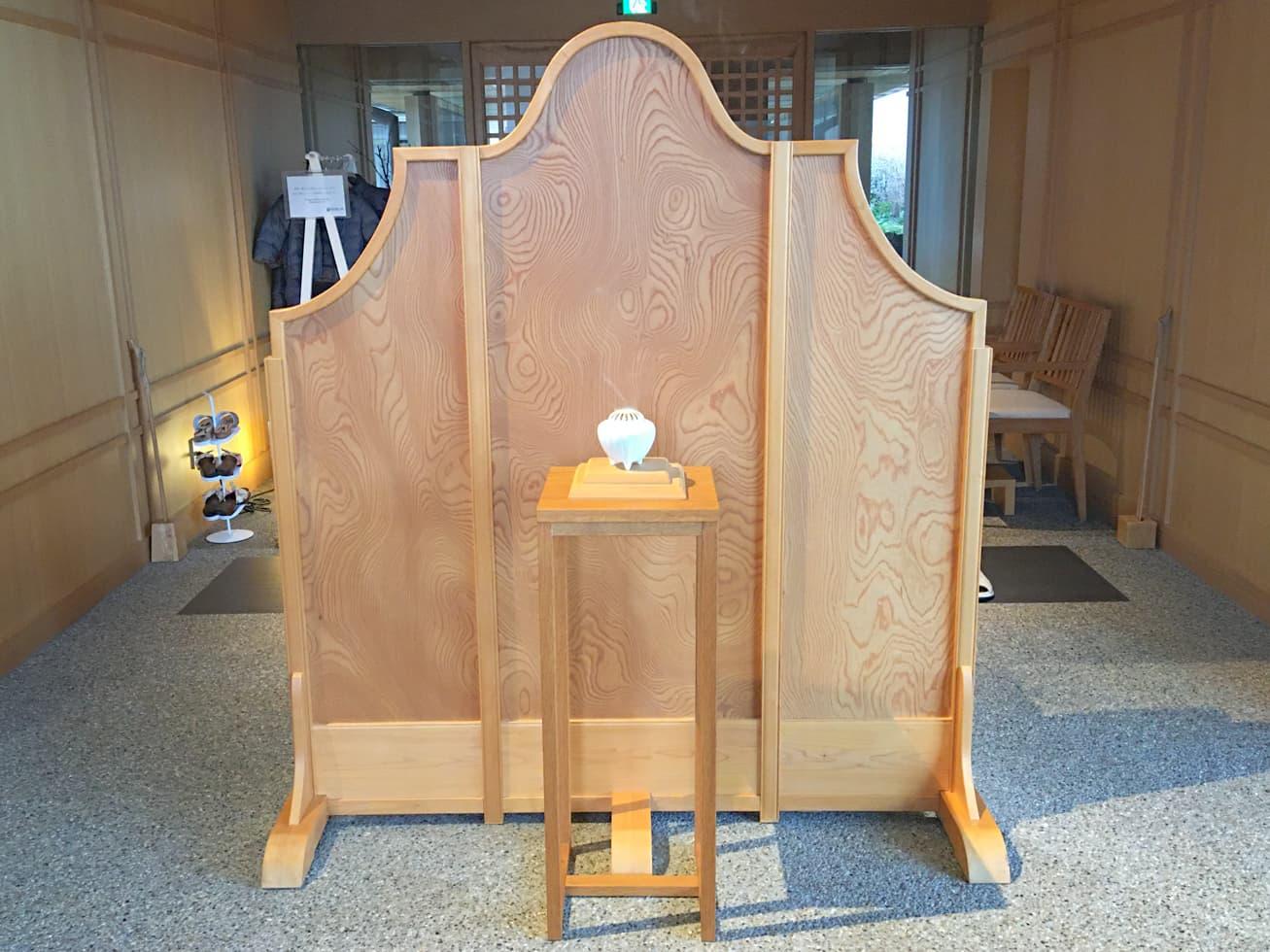 強羅白檀のエントランスの香炉の写真