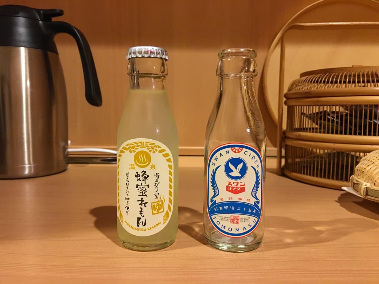 冷蔵庫の中の小さい飲み物の写真