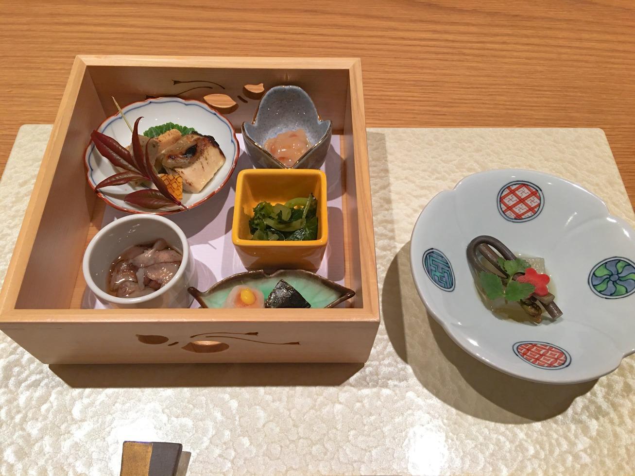 強羅白檀の夕食の先付と前菜の写真