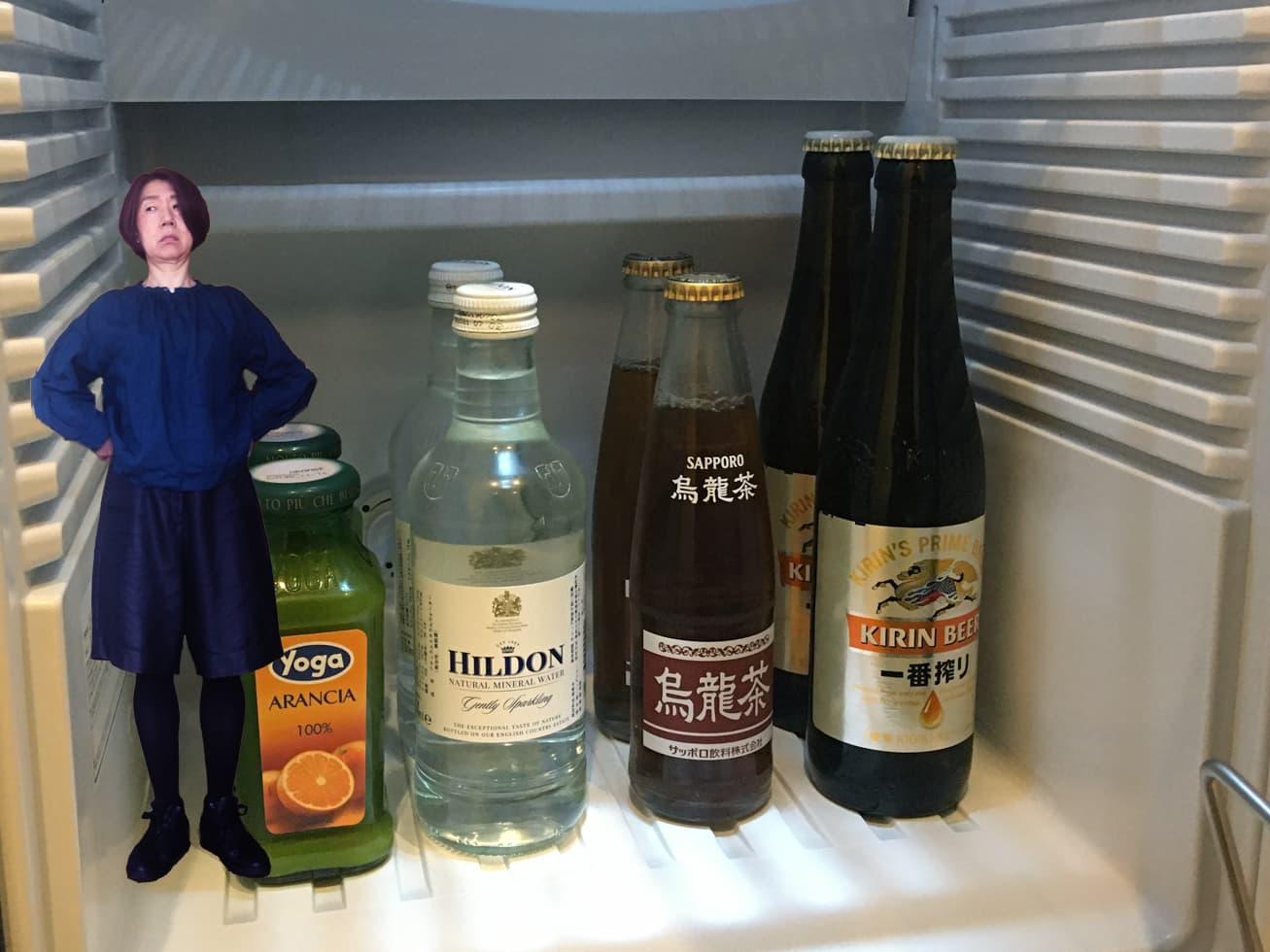 50代旅行コーデで冷蔵庫の中でポーズをとるガッツの写真