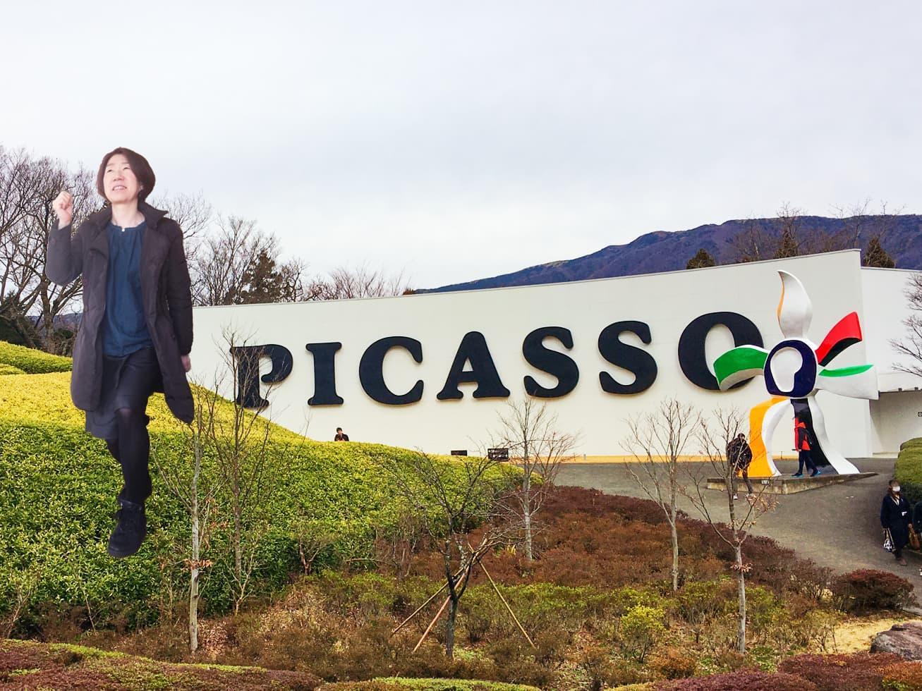50代旅行コーデでピカソ館の入り口の前に立つガッツの写真