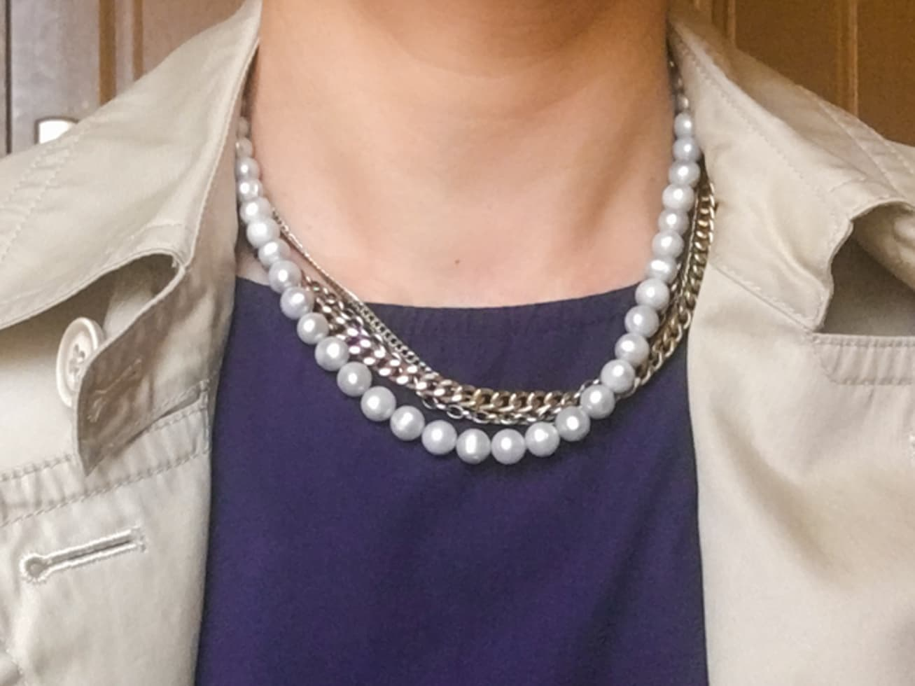 ネックレスをつけた首元の写真