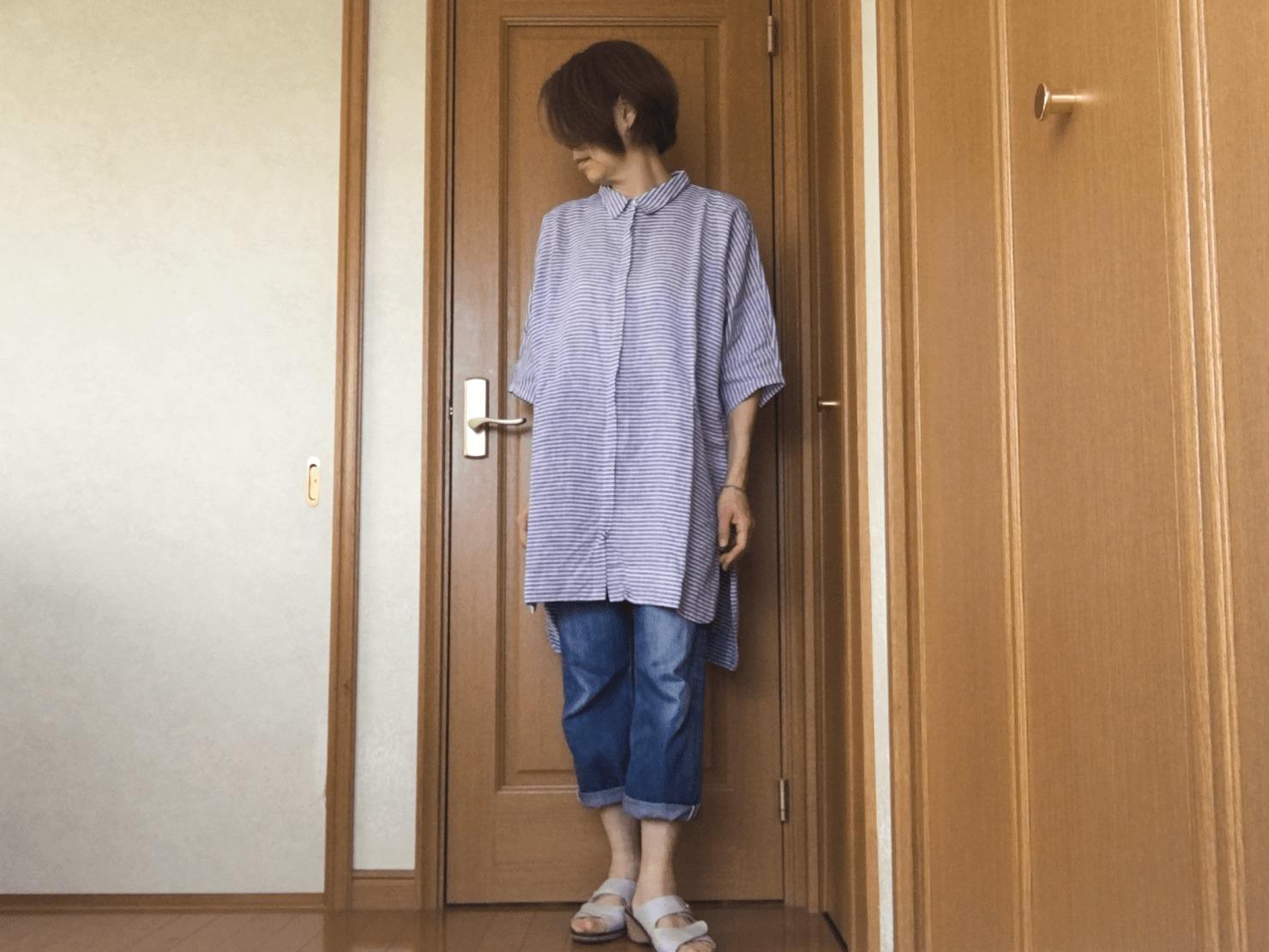 ロングシャツとデニムのコーディネートの写真