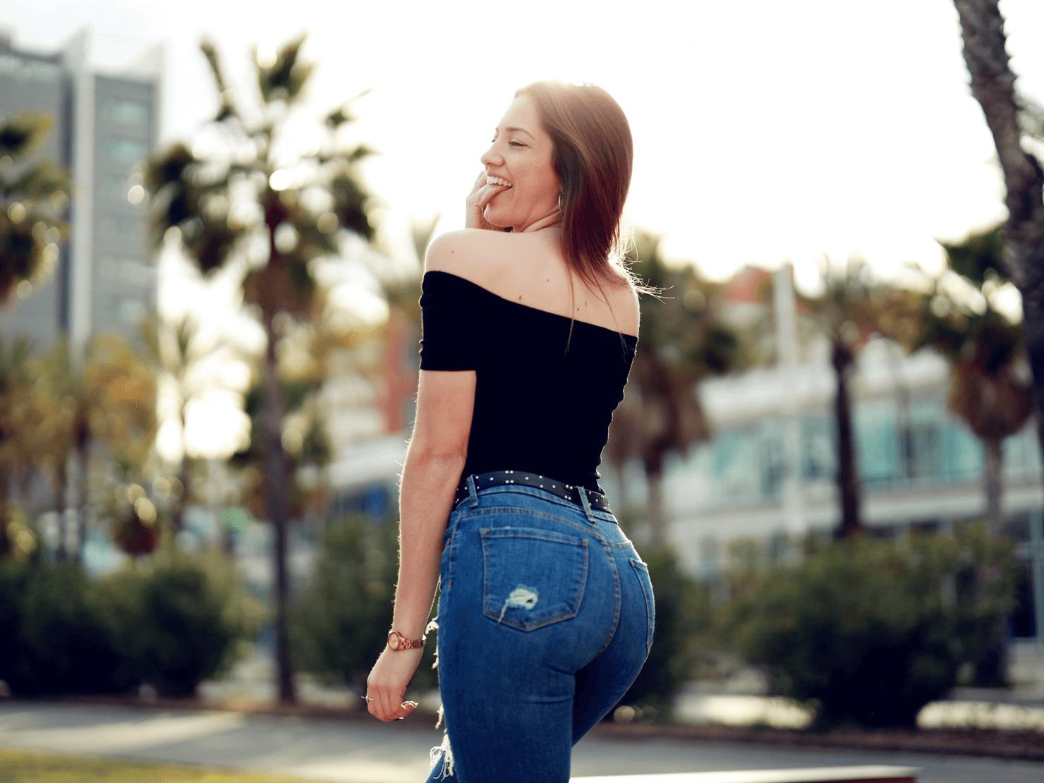 スキニーパンツを履いた女性の写真