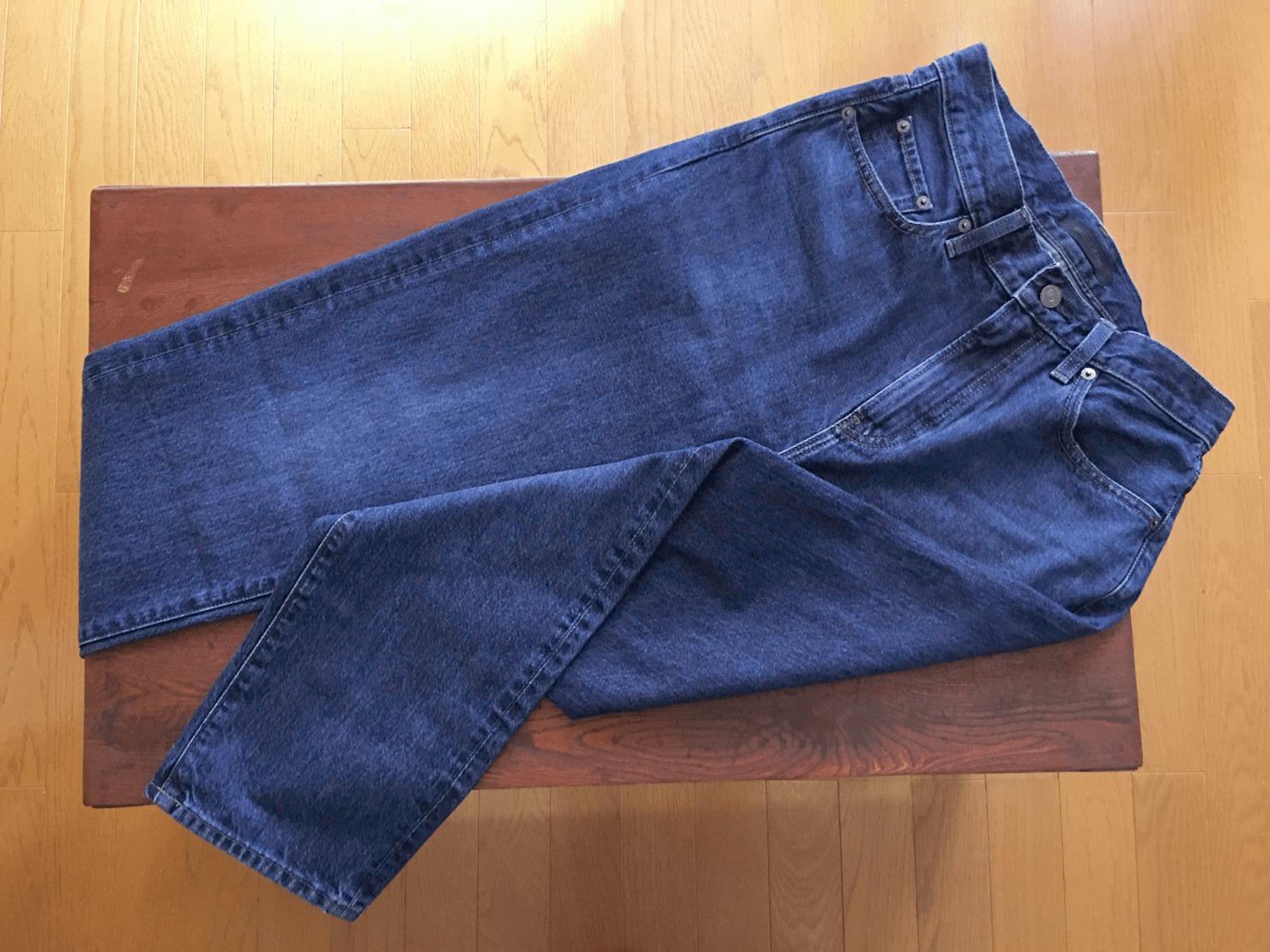 メンズのレギュラーフィットジーンズの写真
