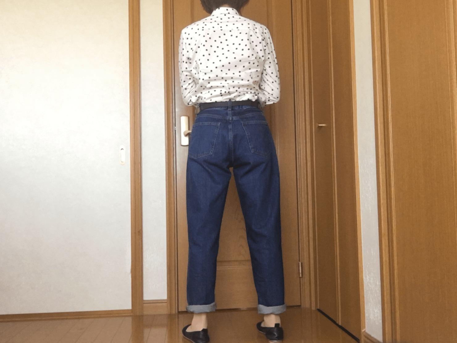 メンズのジーンズをはいた後ろ姿の写真