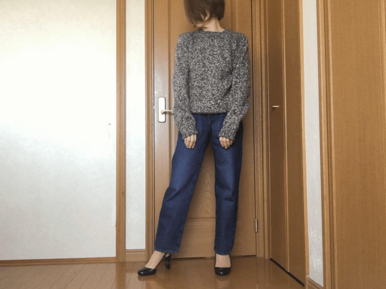 メンズのジーンズとマカラスターのニットを着ている写真