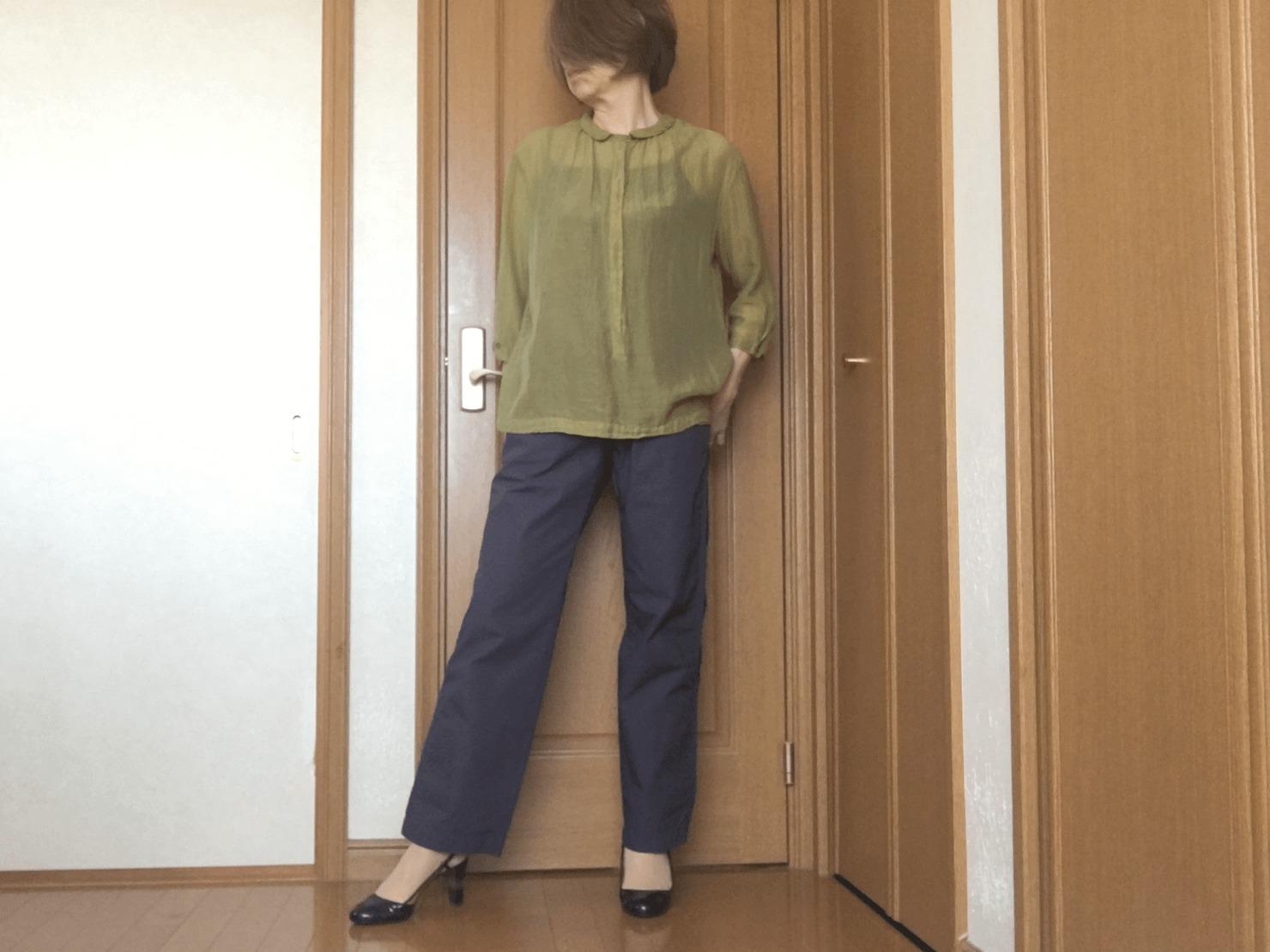 メンズのイージードローストリングパンツとブラウスのコーデの写真