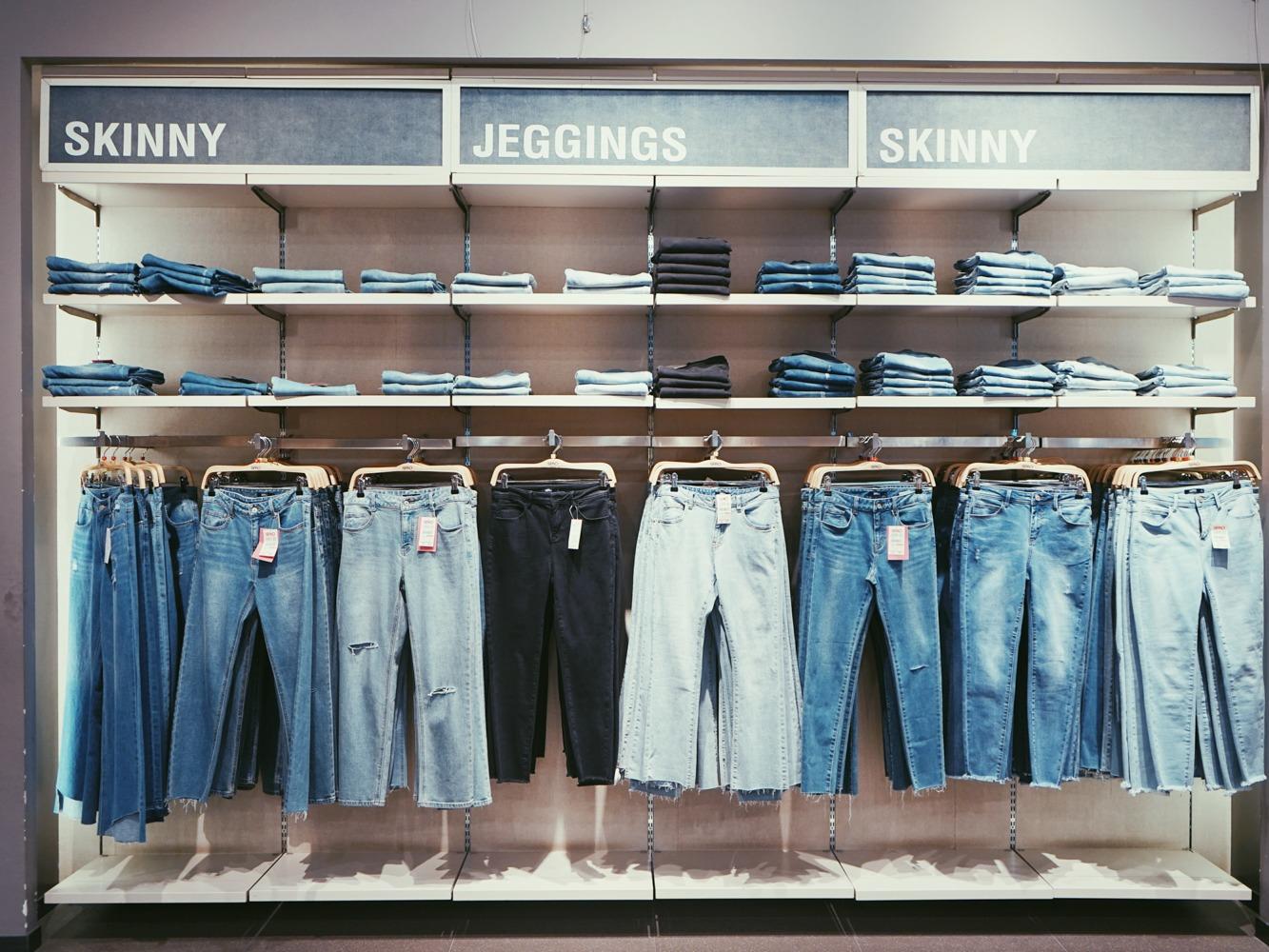 たくさんのジーンズの写真