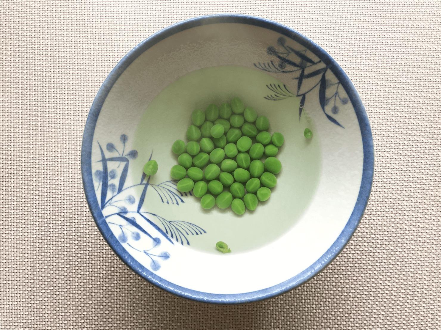 ゆでた豆の粗熱を取っている写真