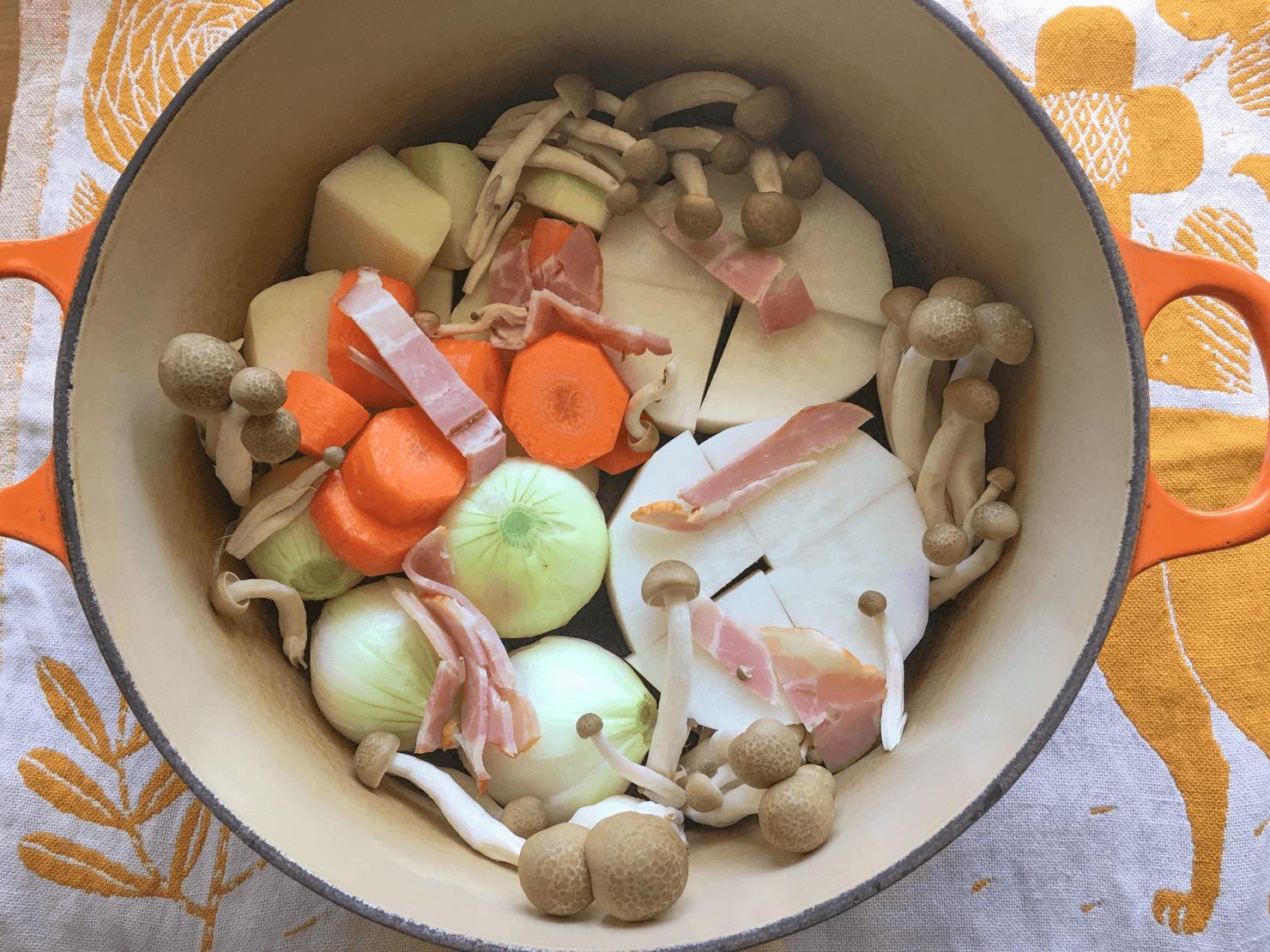 コールラビのポトフの材料を鍋に入れた写真