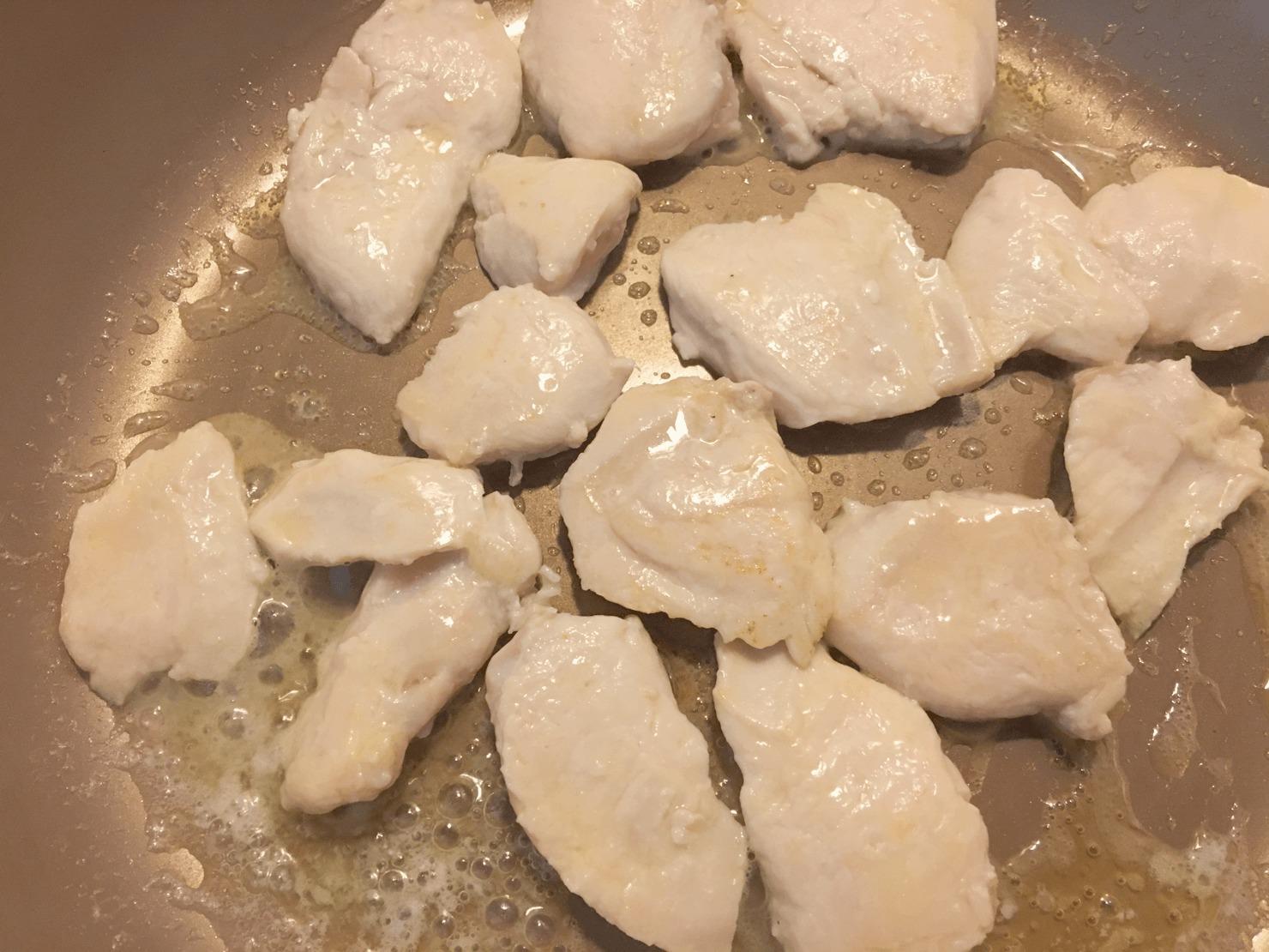 鶏肉を焼いている写真