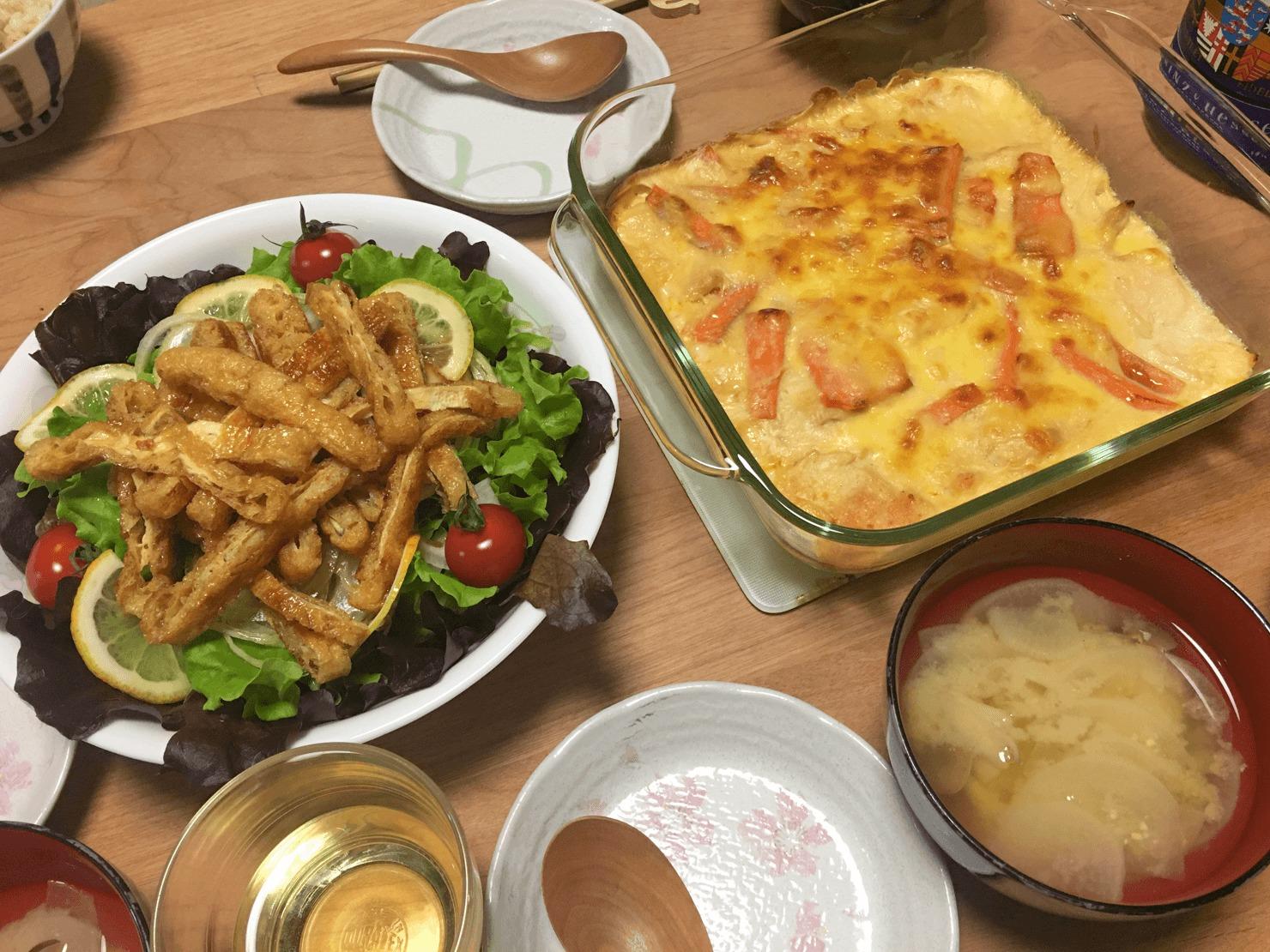 人参と鶏胸肉のグラタン中心の夕食の写真