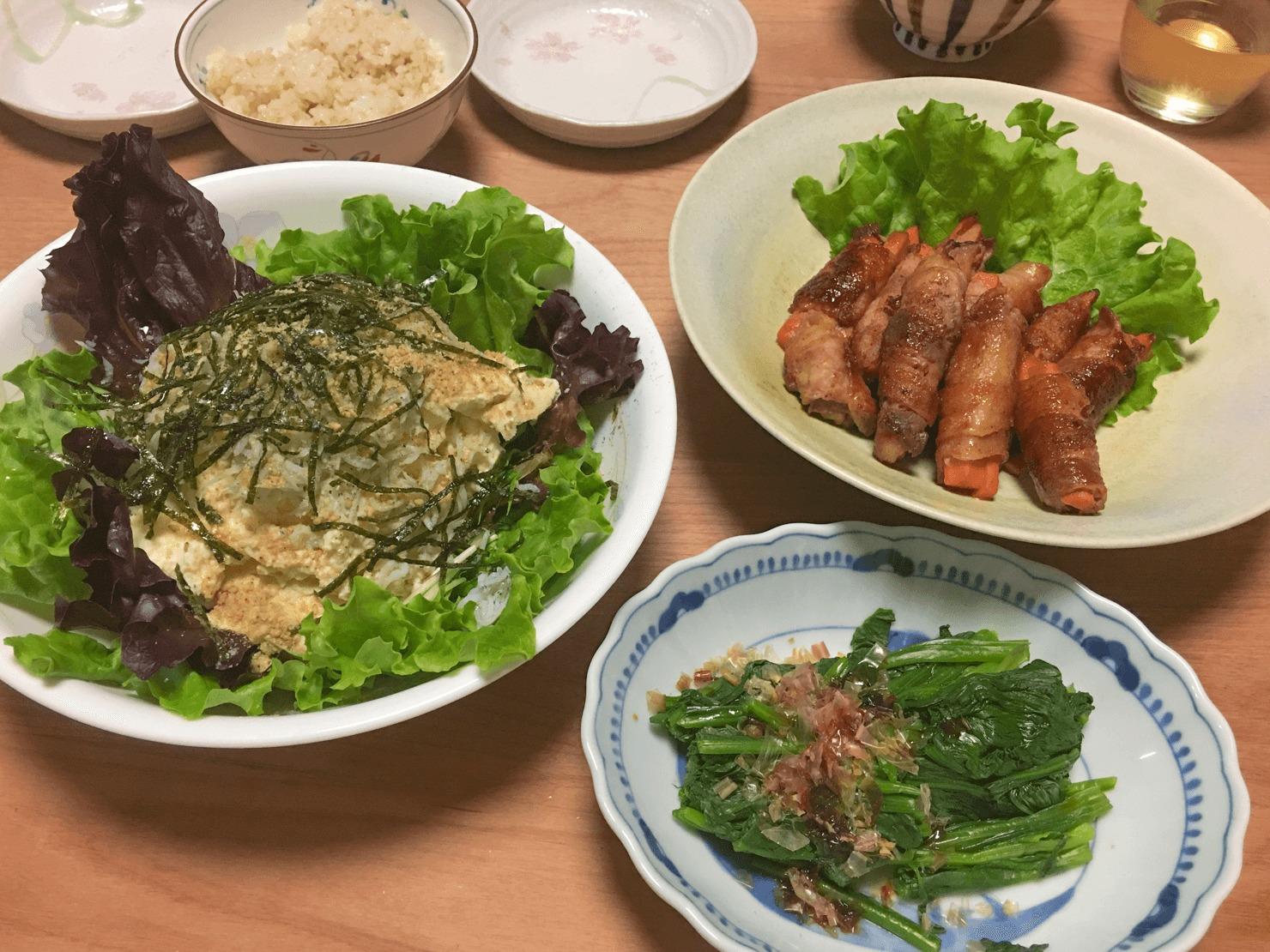 人参の肉巻き中心の晩御飯の写真