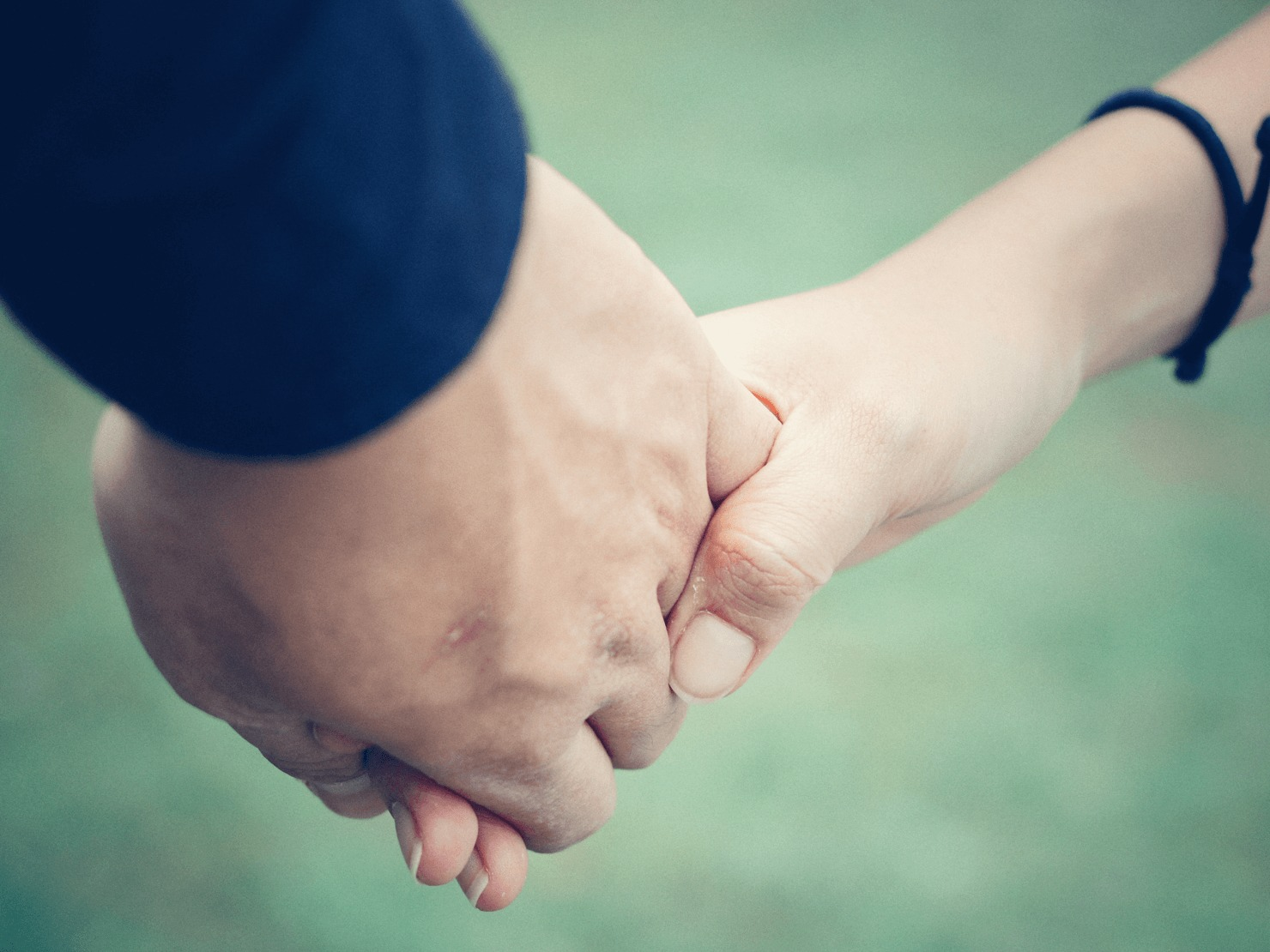 手をつないでいる写真