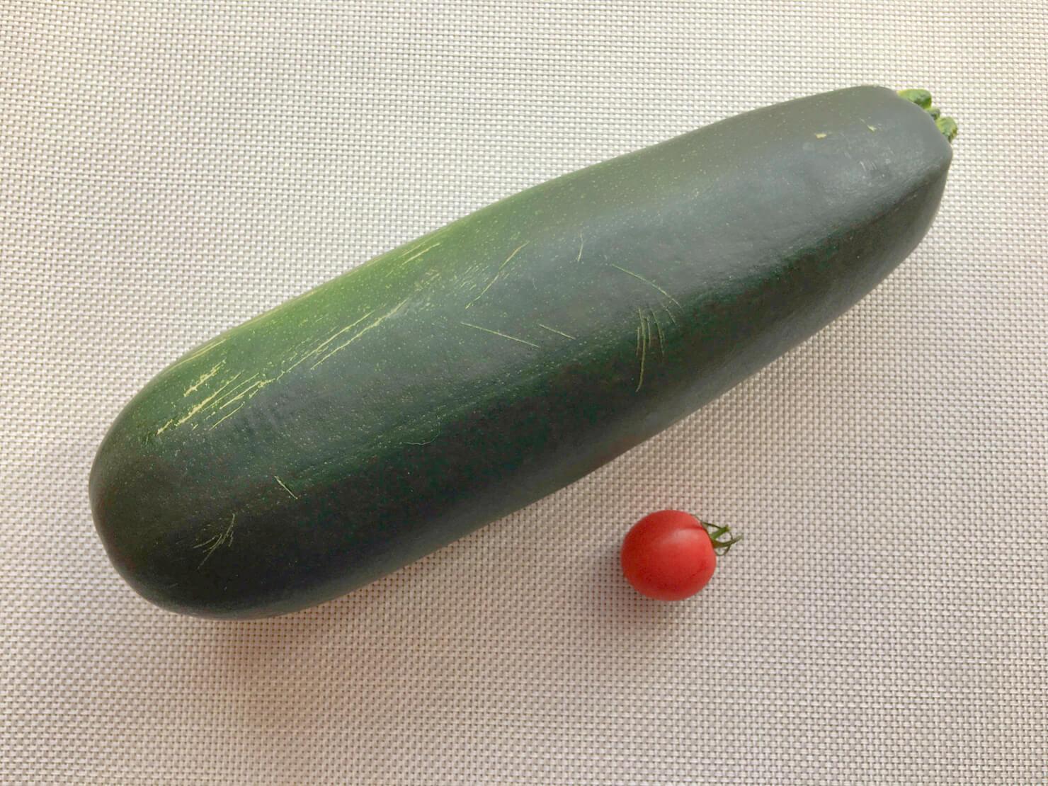 大きいズッキーニとミニトマトの写真