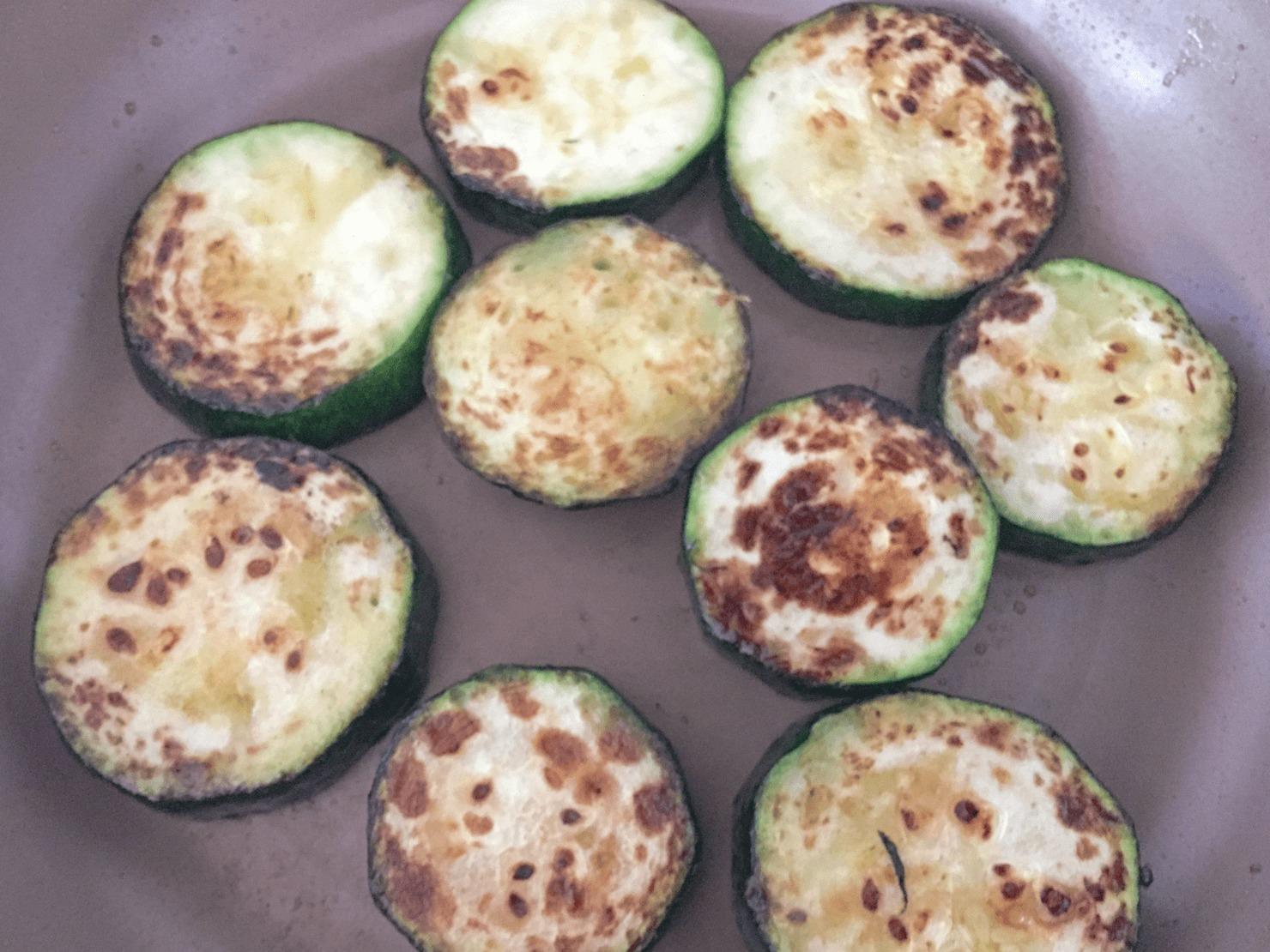 ズッキーニをフライパンで焼いている写真