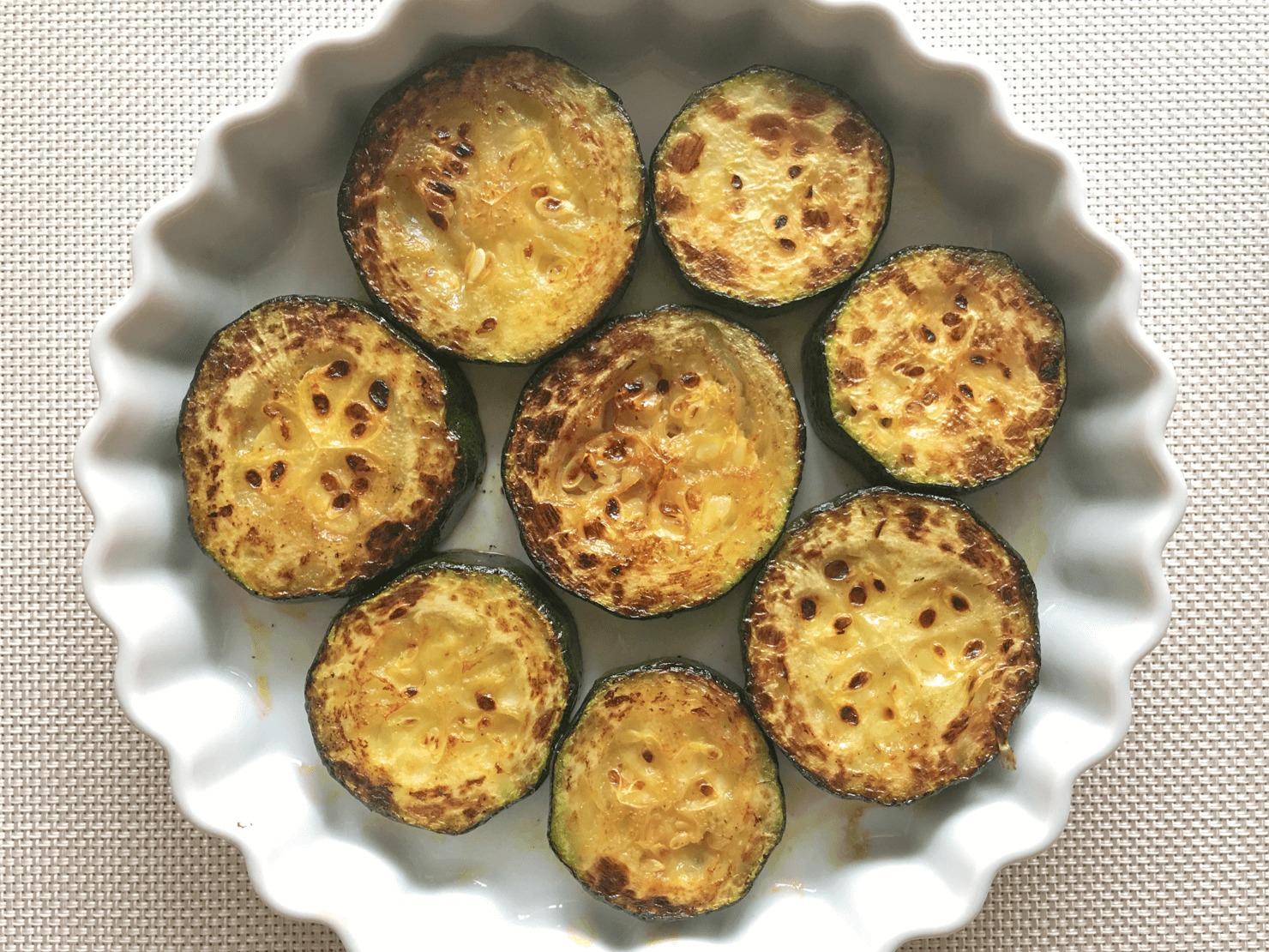 ズッキーニを耐熱皿に並べた写真