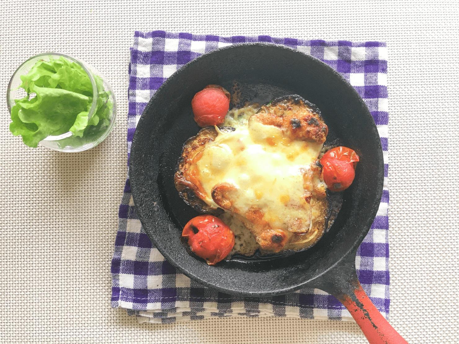 スキレットで作ったズッキーニのピザ風焼の写真