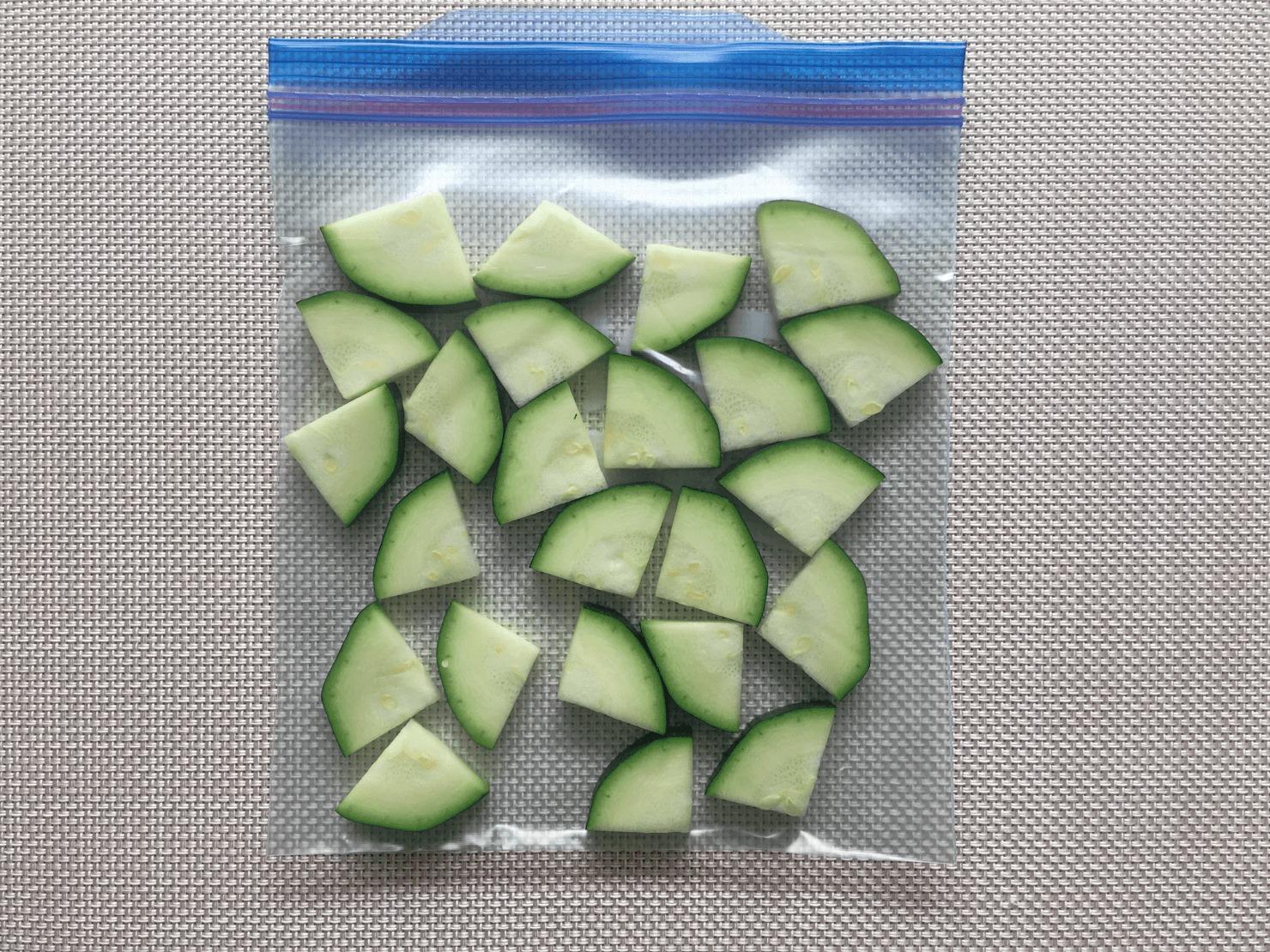 ズッキーニを切って保存袋に入れた写真