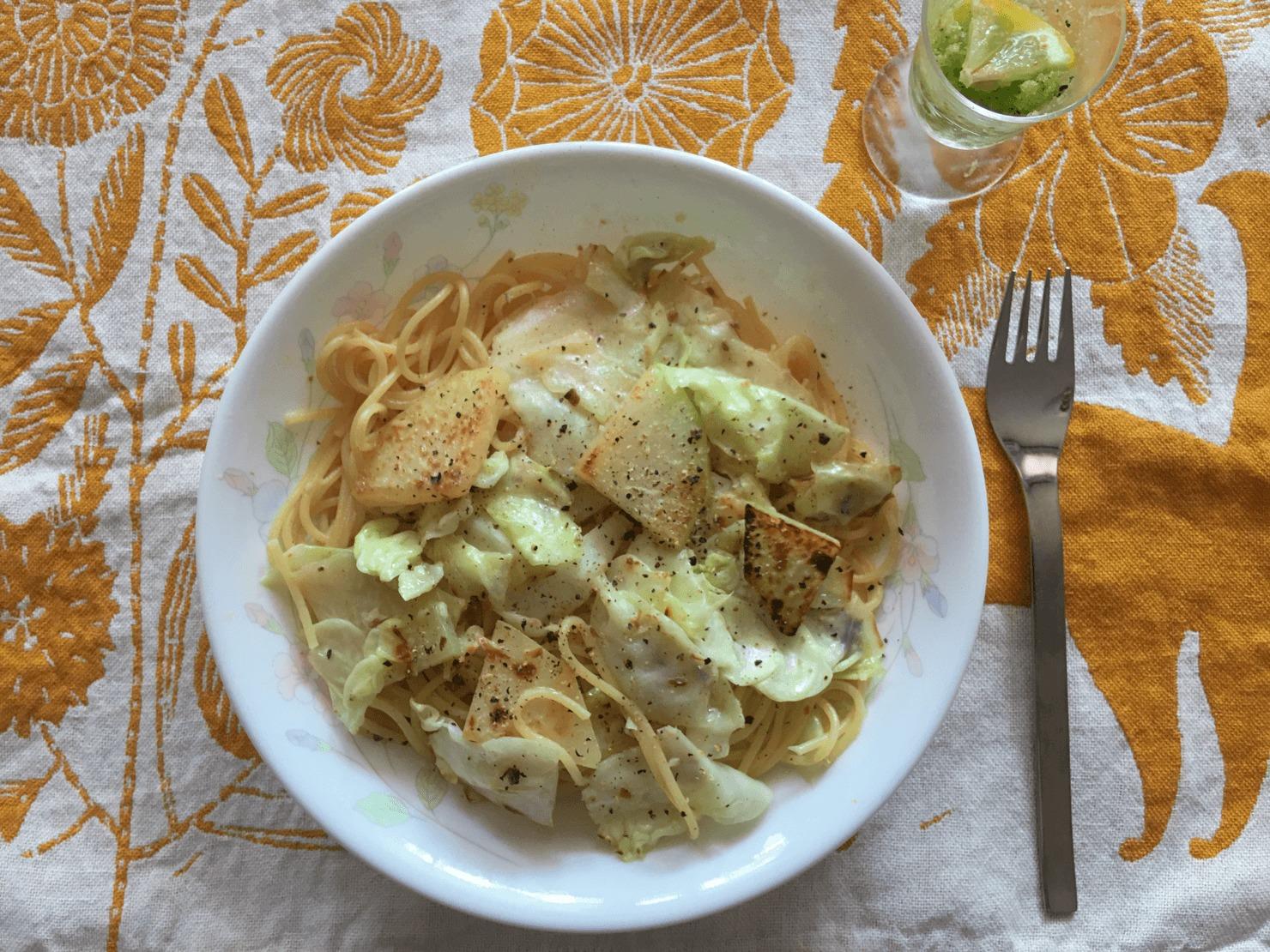 ズッキーニの前菜のあるランチの写真