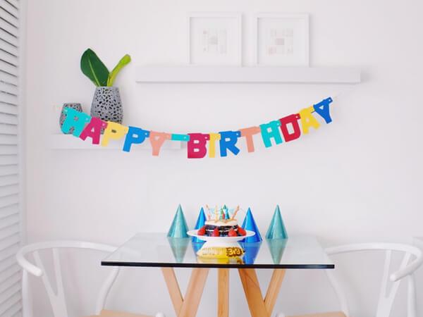 誕生日を祝っている写真