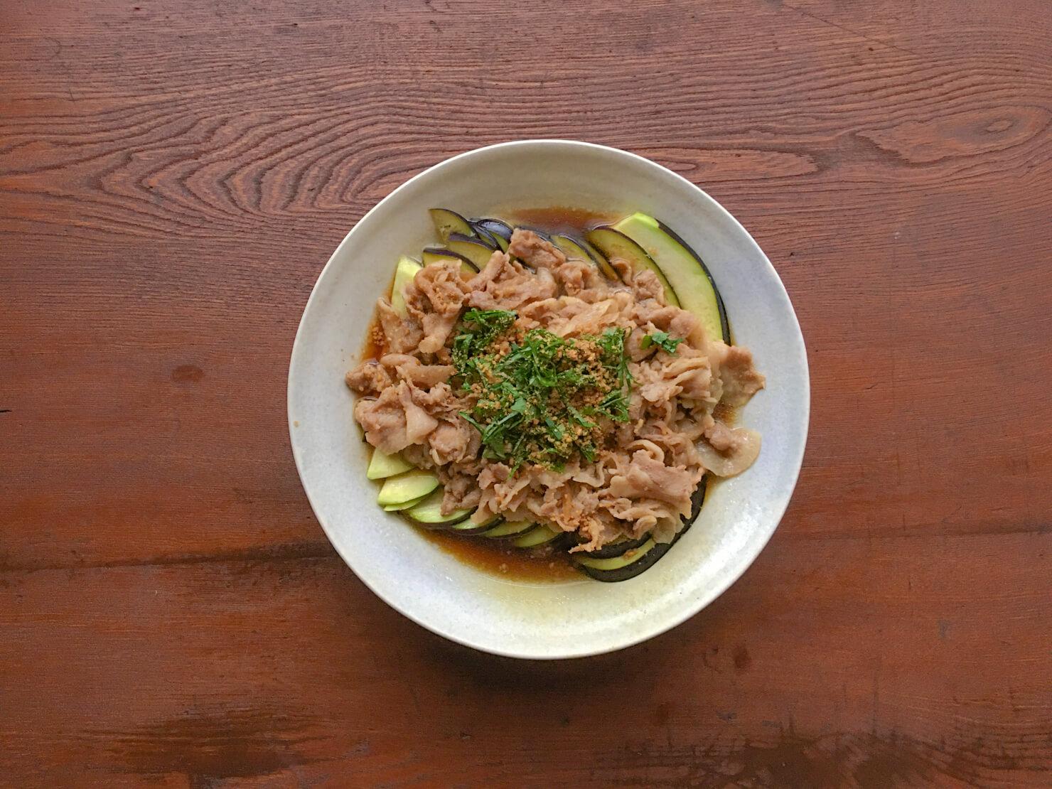 水ナスの豚バラ煮のっけサラダの写真