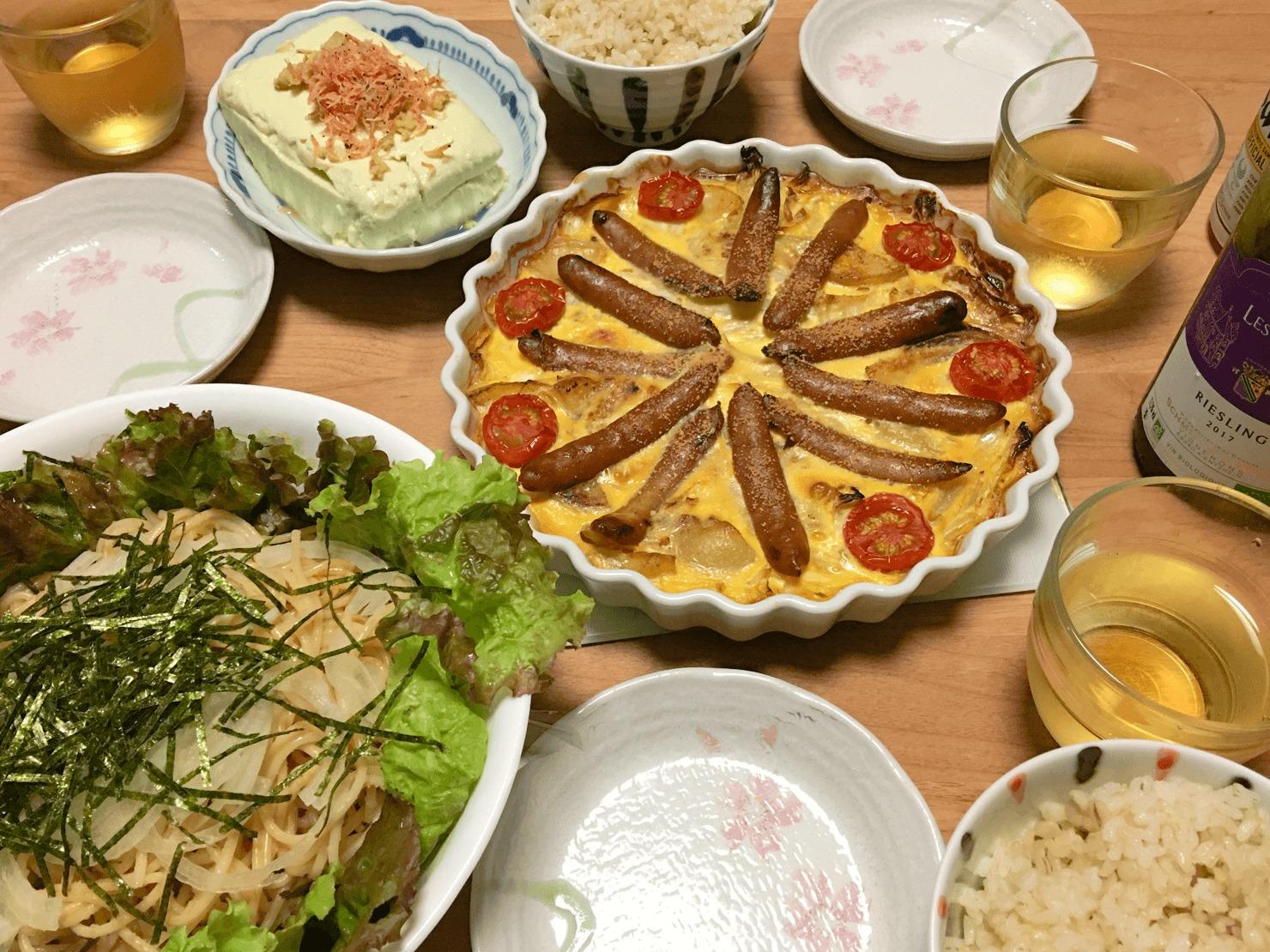 キャベツのキッシュ中心の晩御飯の写真