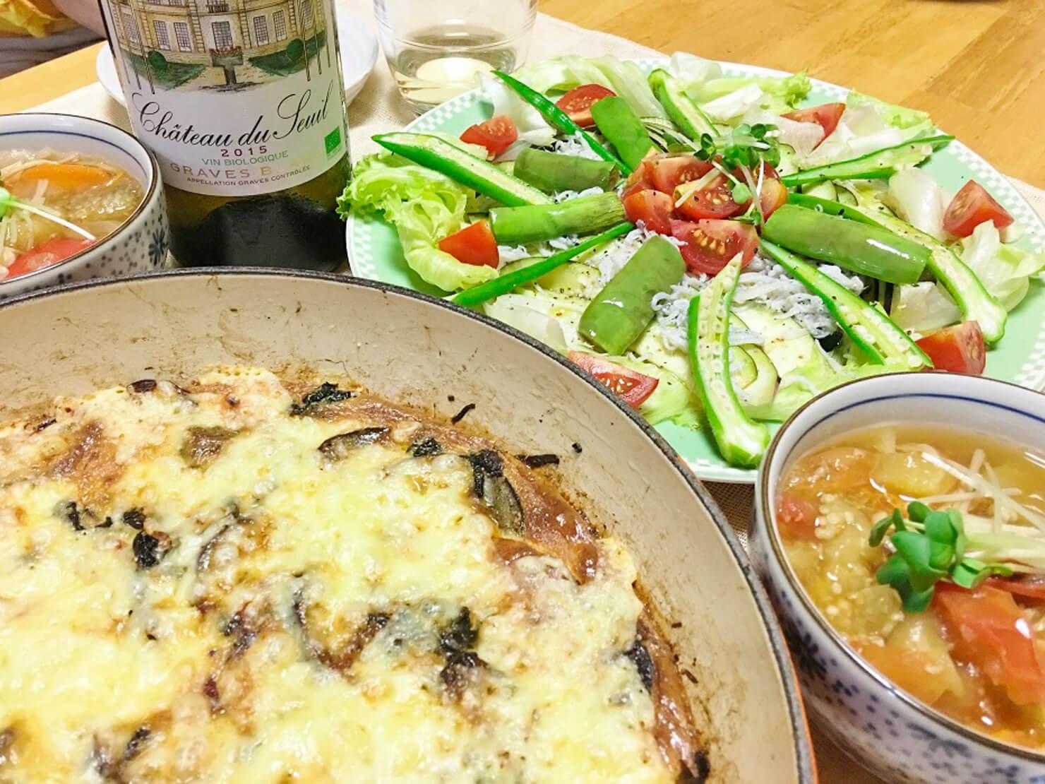 ひもナスと水ナスのサラダ中心の夕食の写真