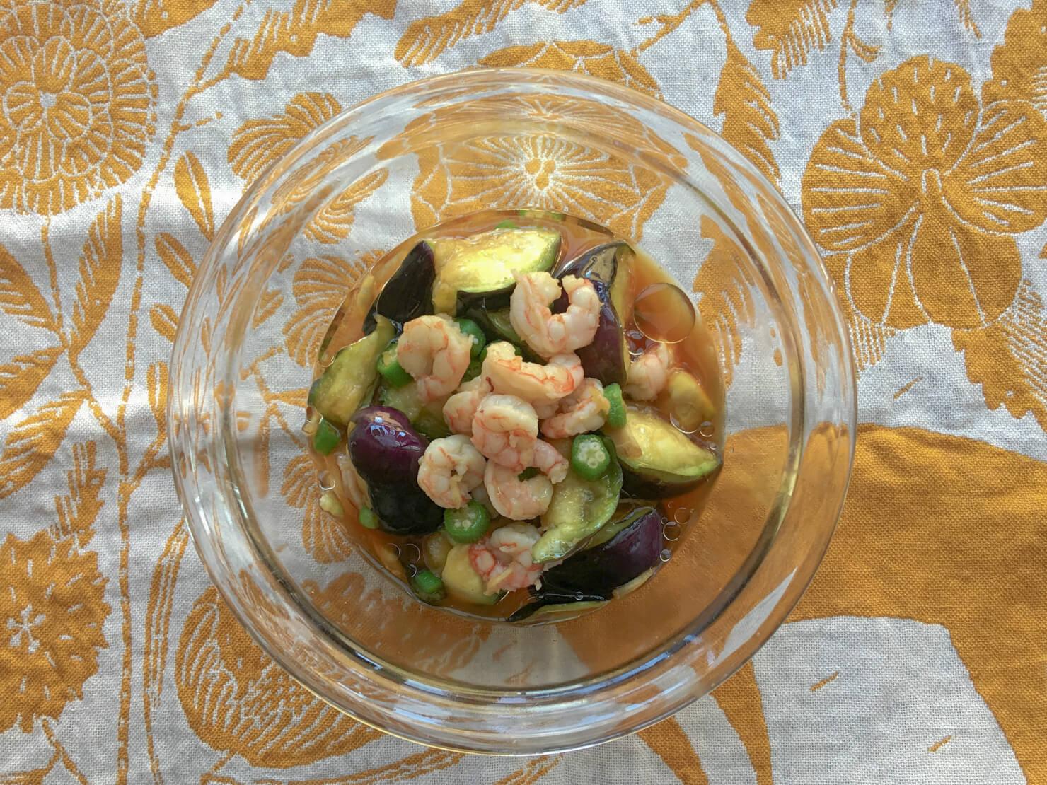 オクラと水ナスとエビの和風サラダの写真