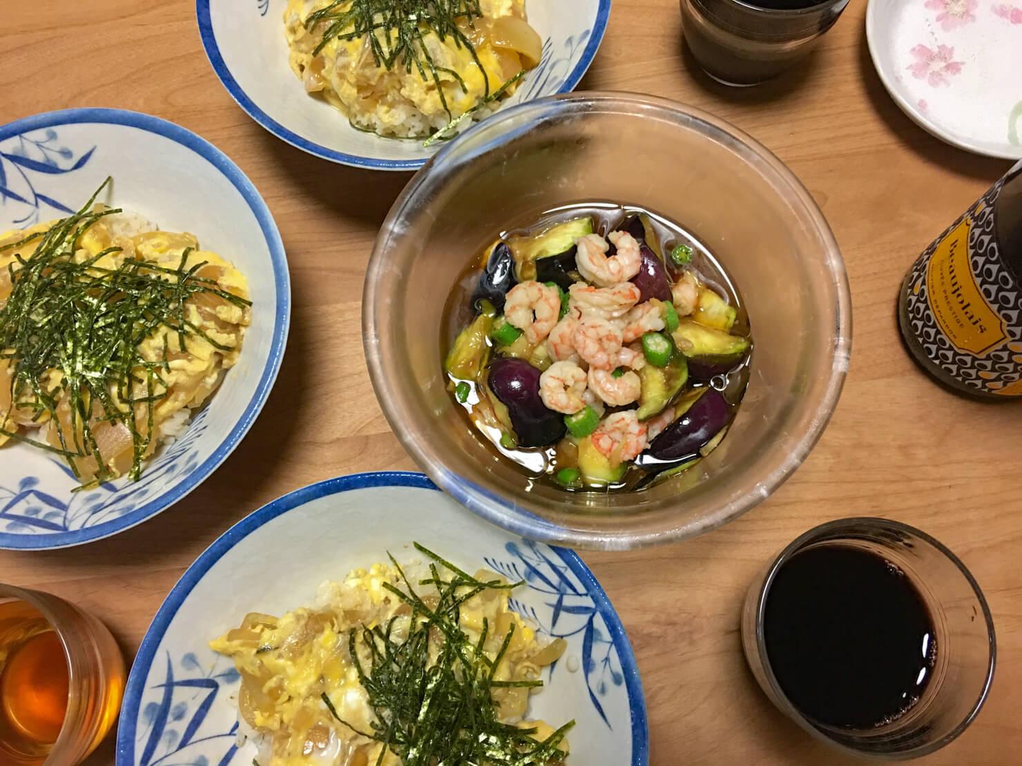 オクラと水ナスとエビの和風サラダ中心の夕食の写真