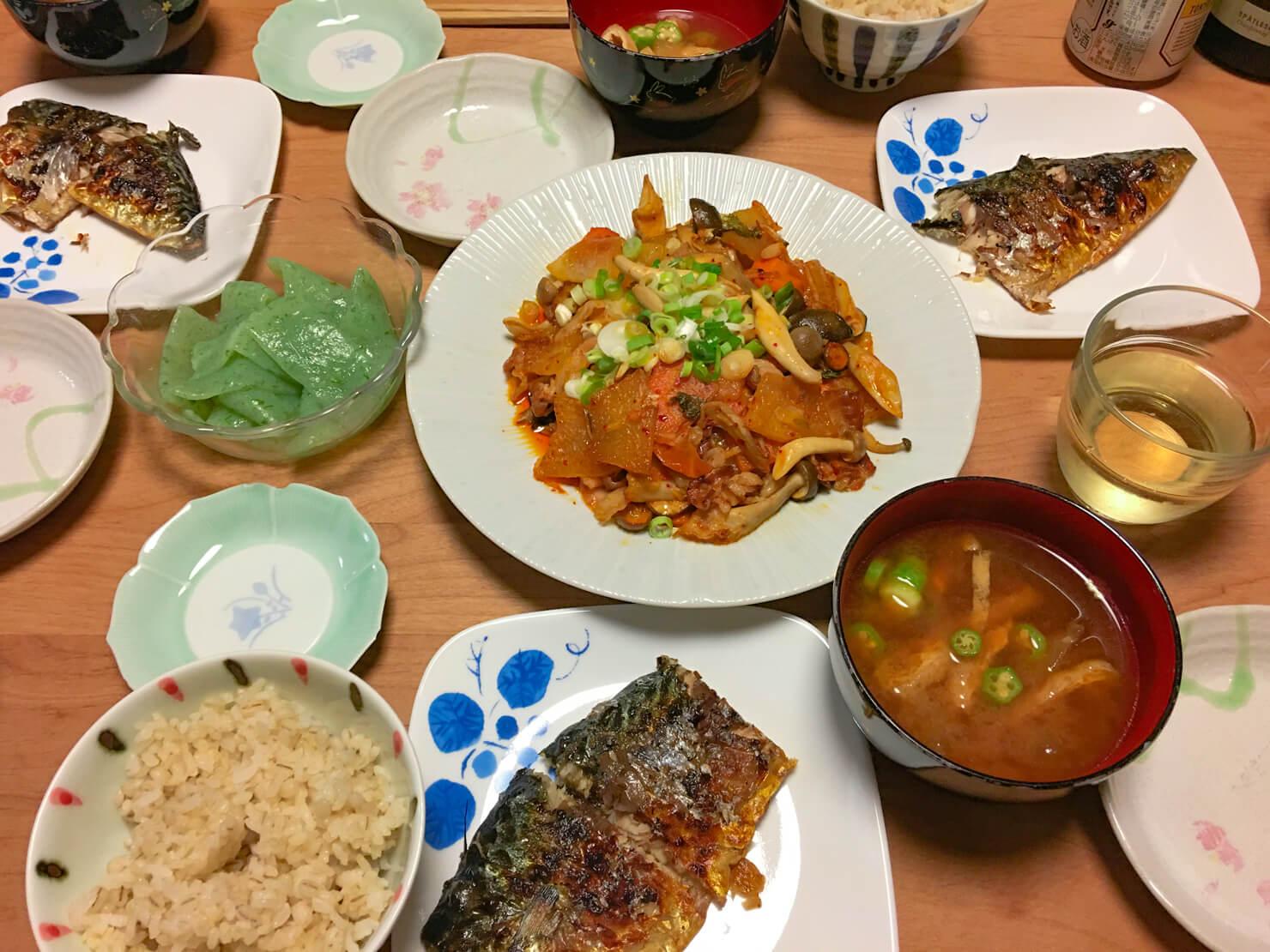 冬瓜と豚バラとキムチの炒め物中心の夕食の写真