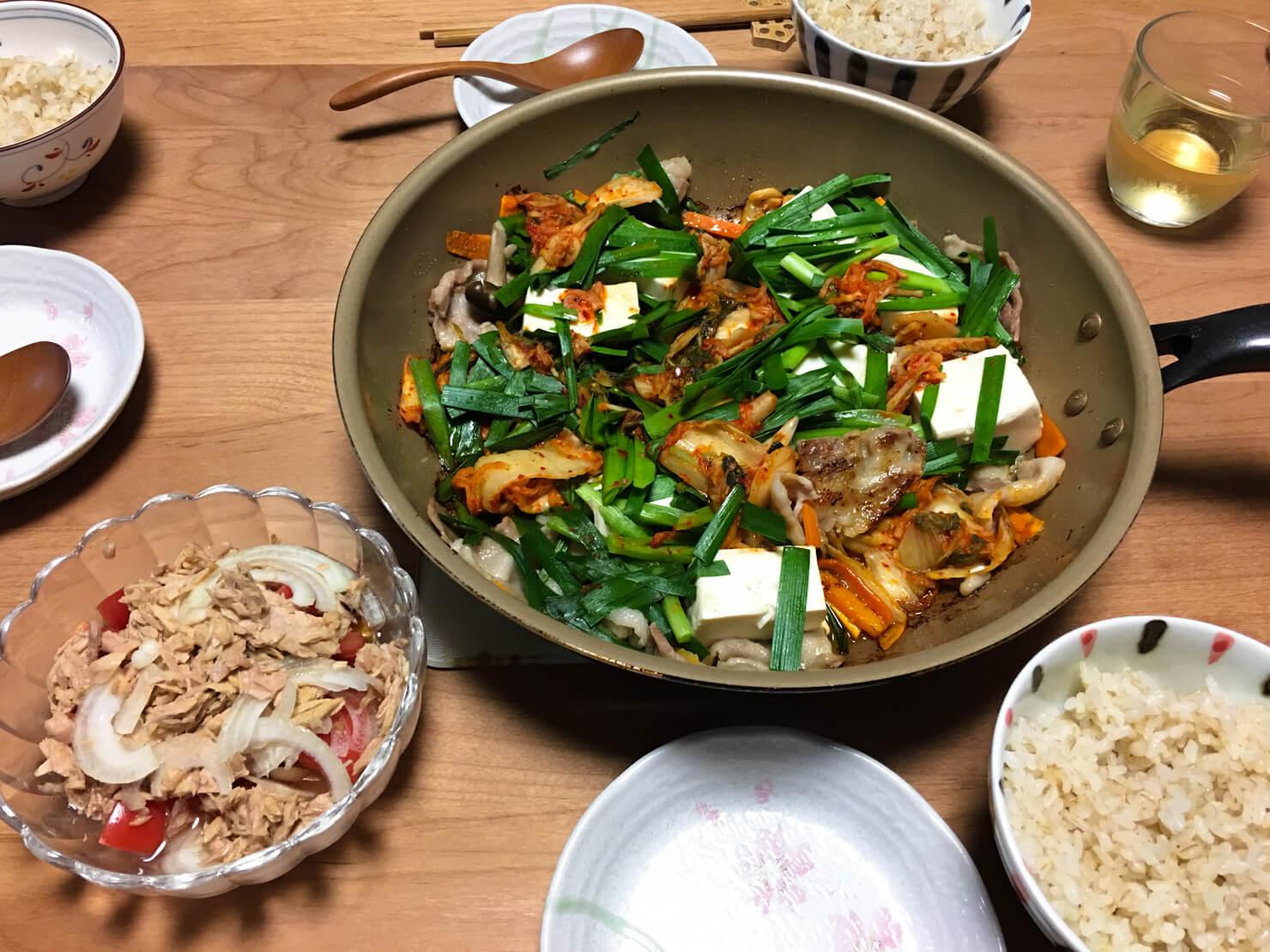 豚バラキムチにら豆腐焼き中心の晩御飯の写真