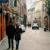街を歩く夫婦の写真