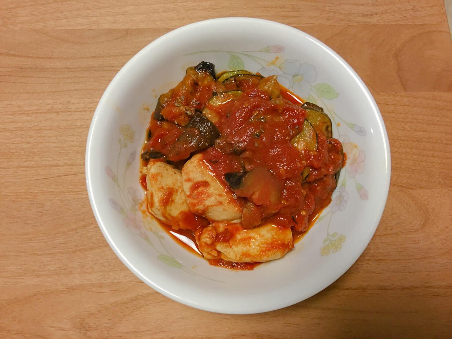 なすとズッキーニと鶏胸肉のトマト煮の写真