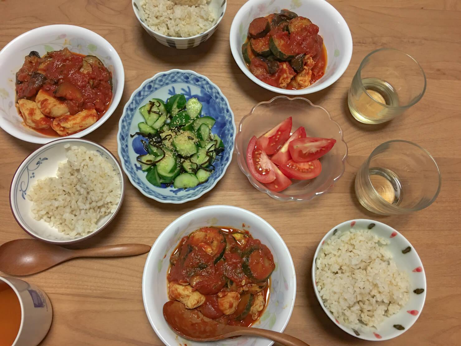 フライパンひとつでできるトマト煮中心の晩御飯の写真